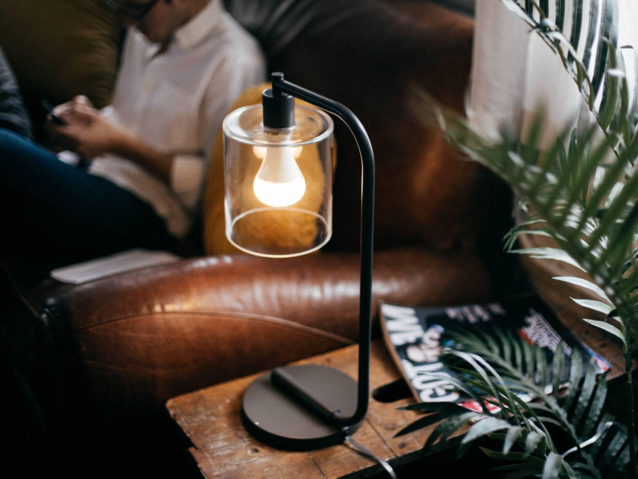 Plot-Twist: In dieser Glühbirne versteckt sich ein WiFi-Lautsprecher.