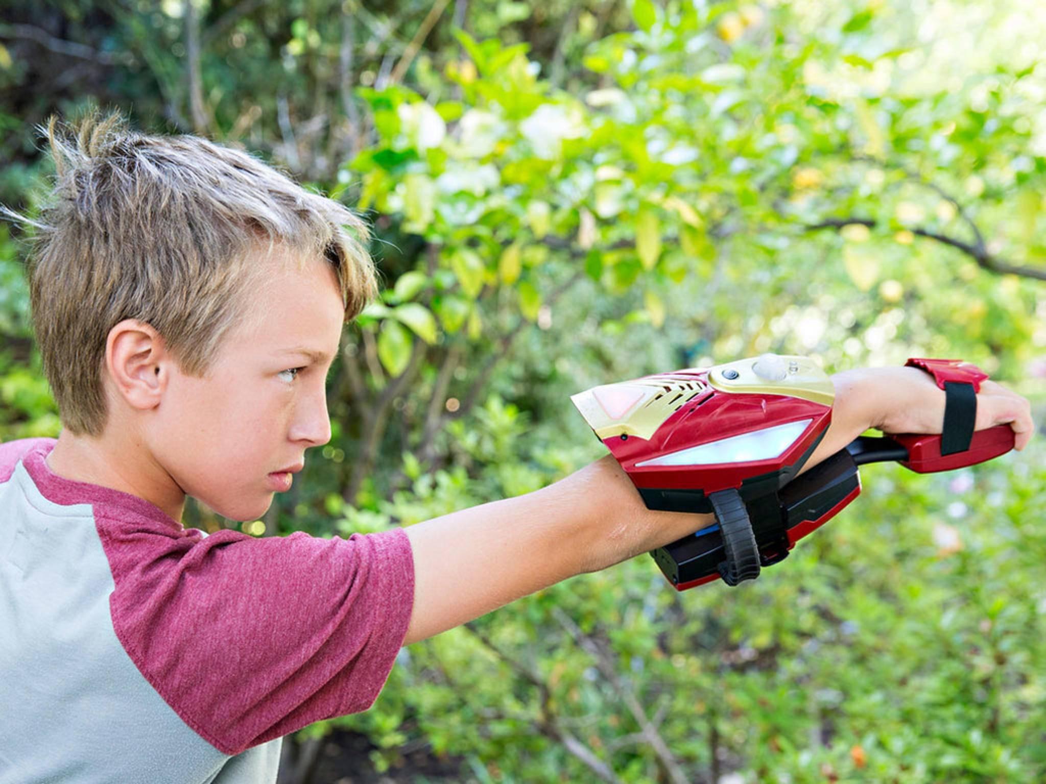 Ein Junge spielt mit der Repulsor-Ausrüstung, ...