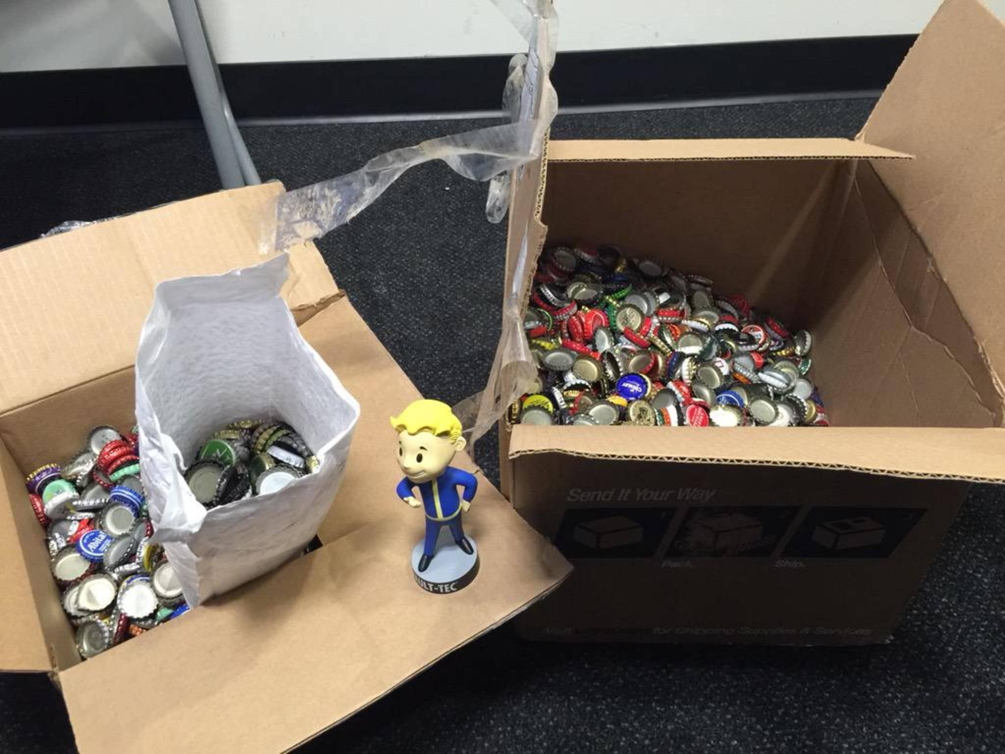 """Über 2.000 Kronkorken stapeln sich im Büro von """"Fallout 4""""-Entwickler Bethesda."""