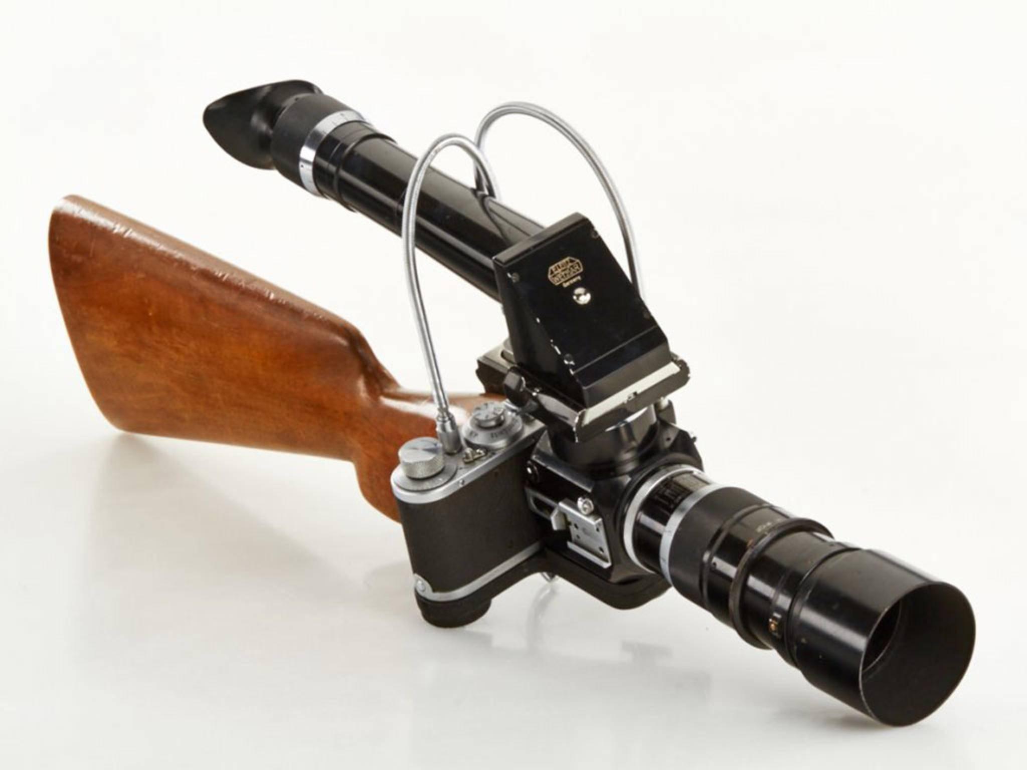 Das Leica Foto-Gewehr hat einen richtigen Gewehrschaft aus Holz.