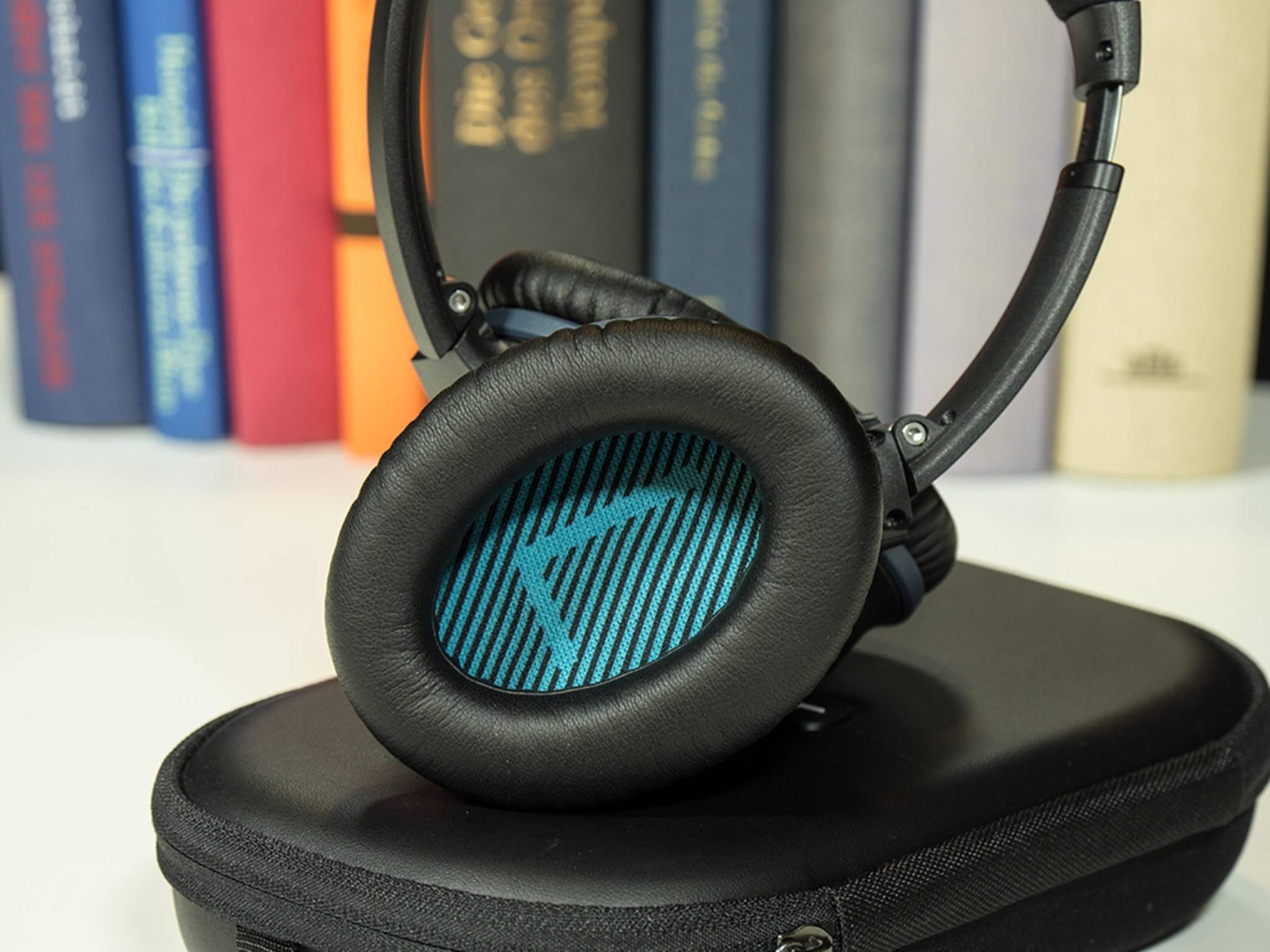 Mit großen Buchstaben kennzeichnet Bose im Innern der Soundmuscheln die Stereo-Kanäle Links und Rechts.
