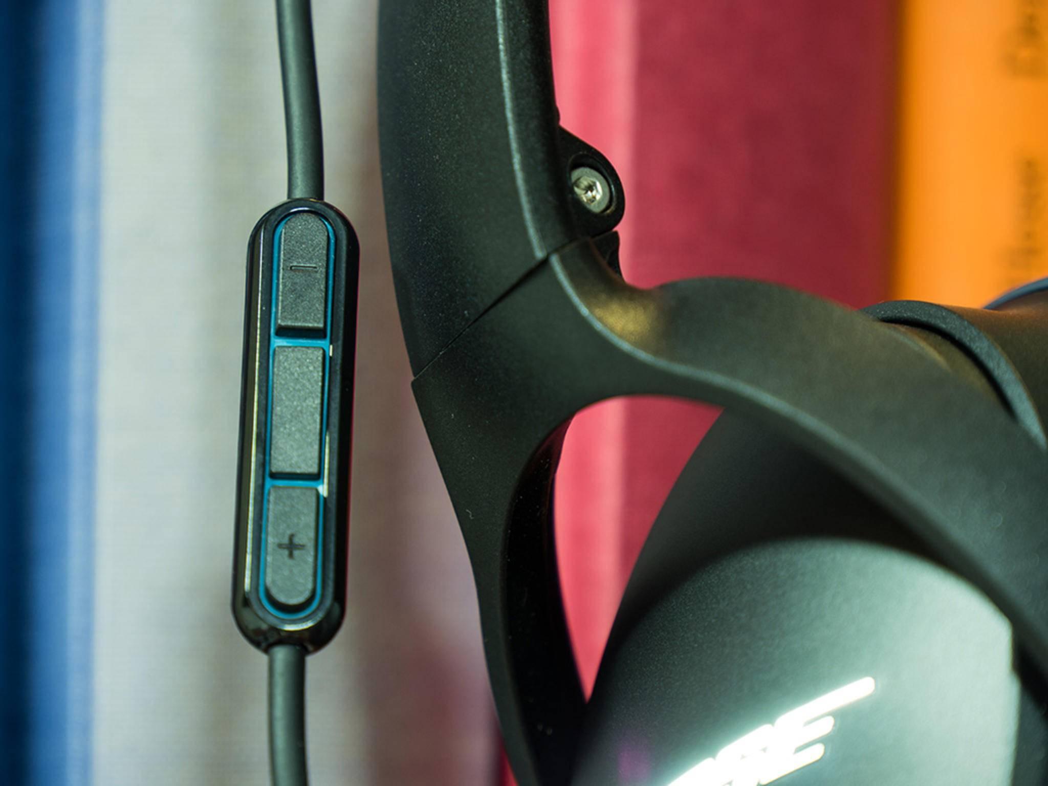 Das Anschlusskabel ein Mikrofon nebst Lautstärkewippe.