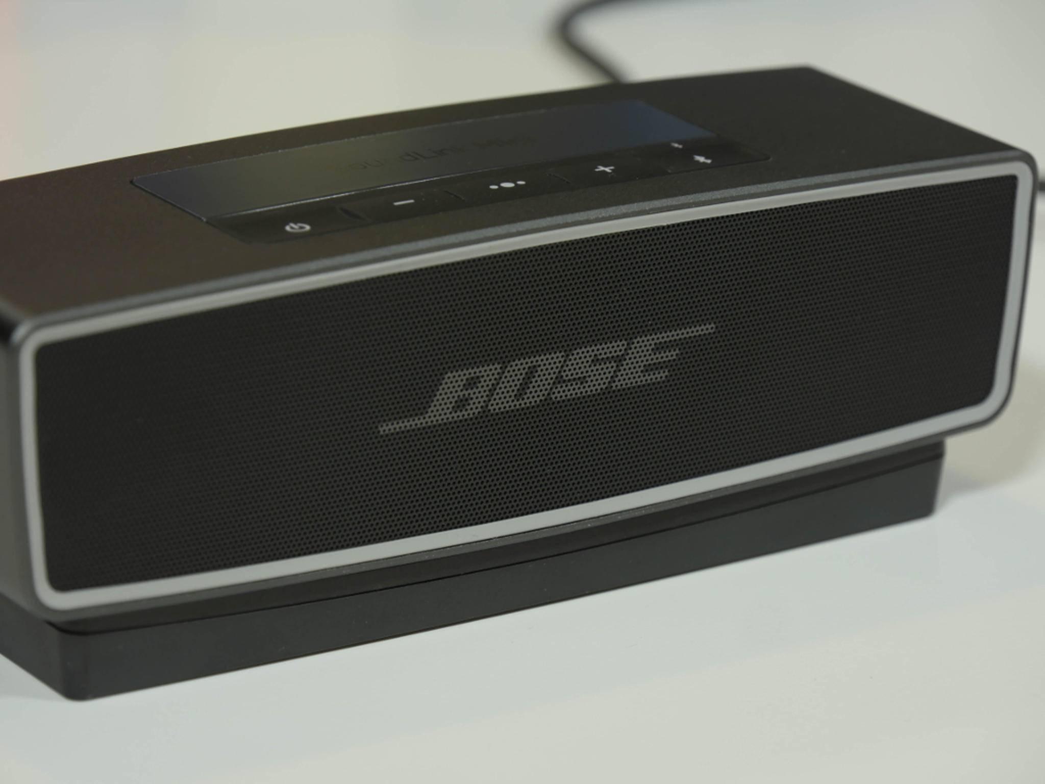 Der integrierte Akku versorgt den Lautsprecher bis zu zehn Stunden lang mit Strom.