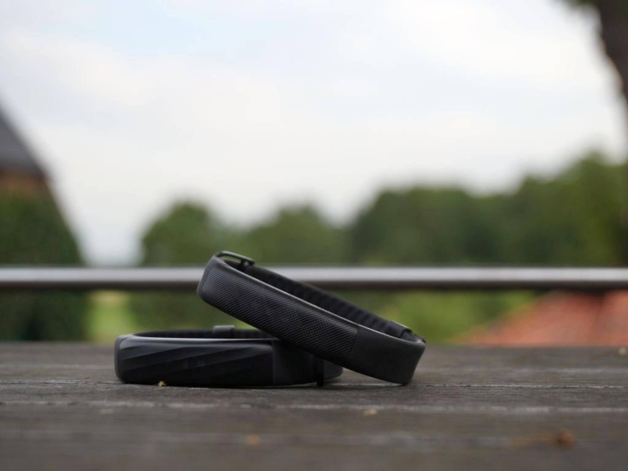 Beide Modelle besitzen eine steife Tracker-Einheit und ein flexibles Armband.