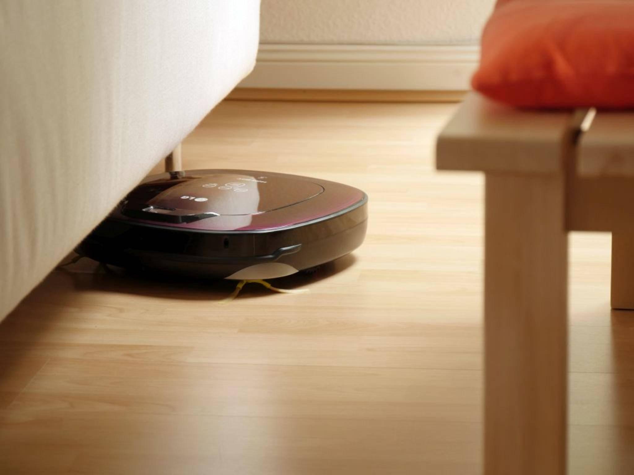 Macht sauber, während der Mensch die Füße hochlegt: der LG HomBot Square Pet Care.