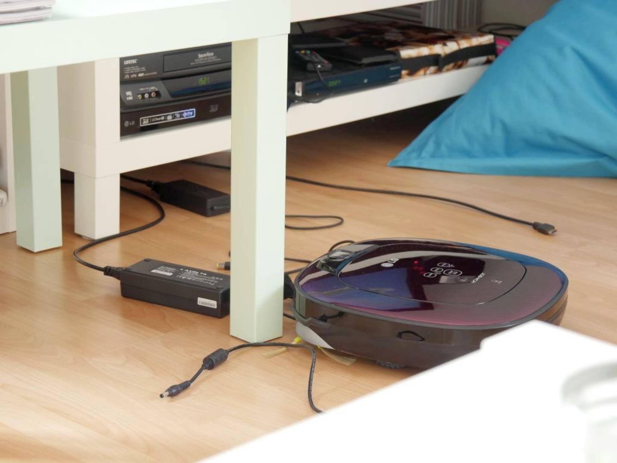 Die Kabel hat der LG-Roboter unter dem Fernsehschrank hervorgeholt.