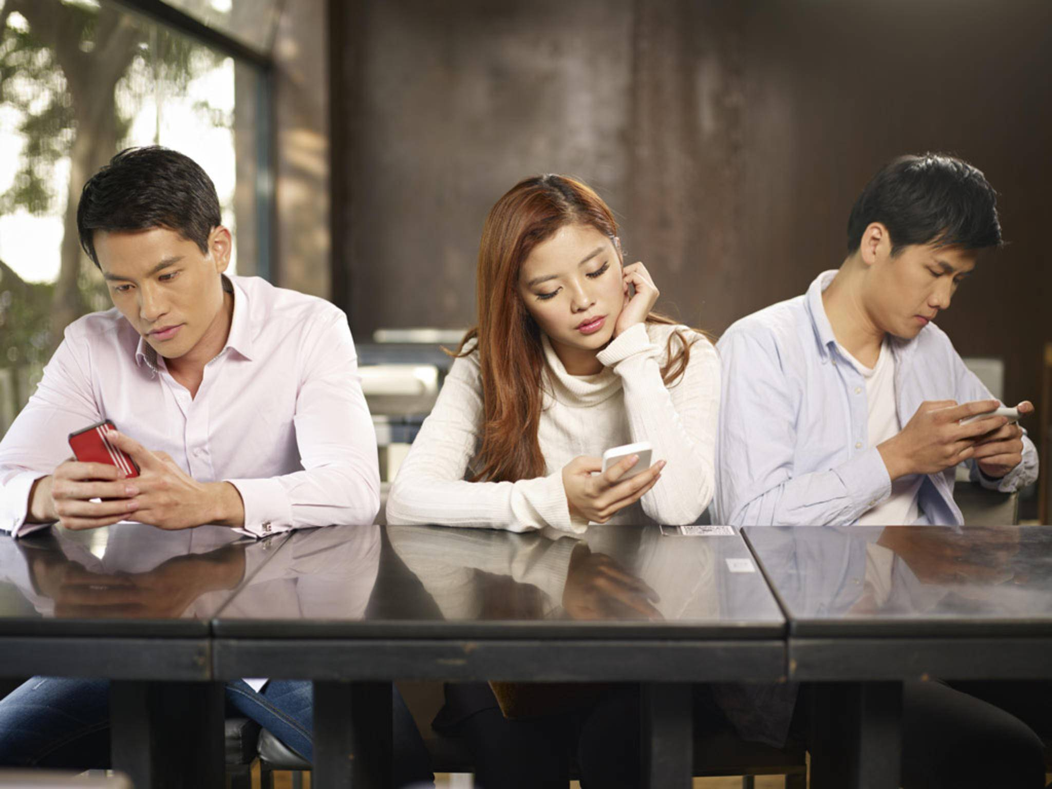 Wir verraten Dir Anzeichen, dass Du zu viel Zeit mit deinem Smartphone verbringst.