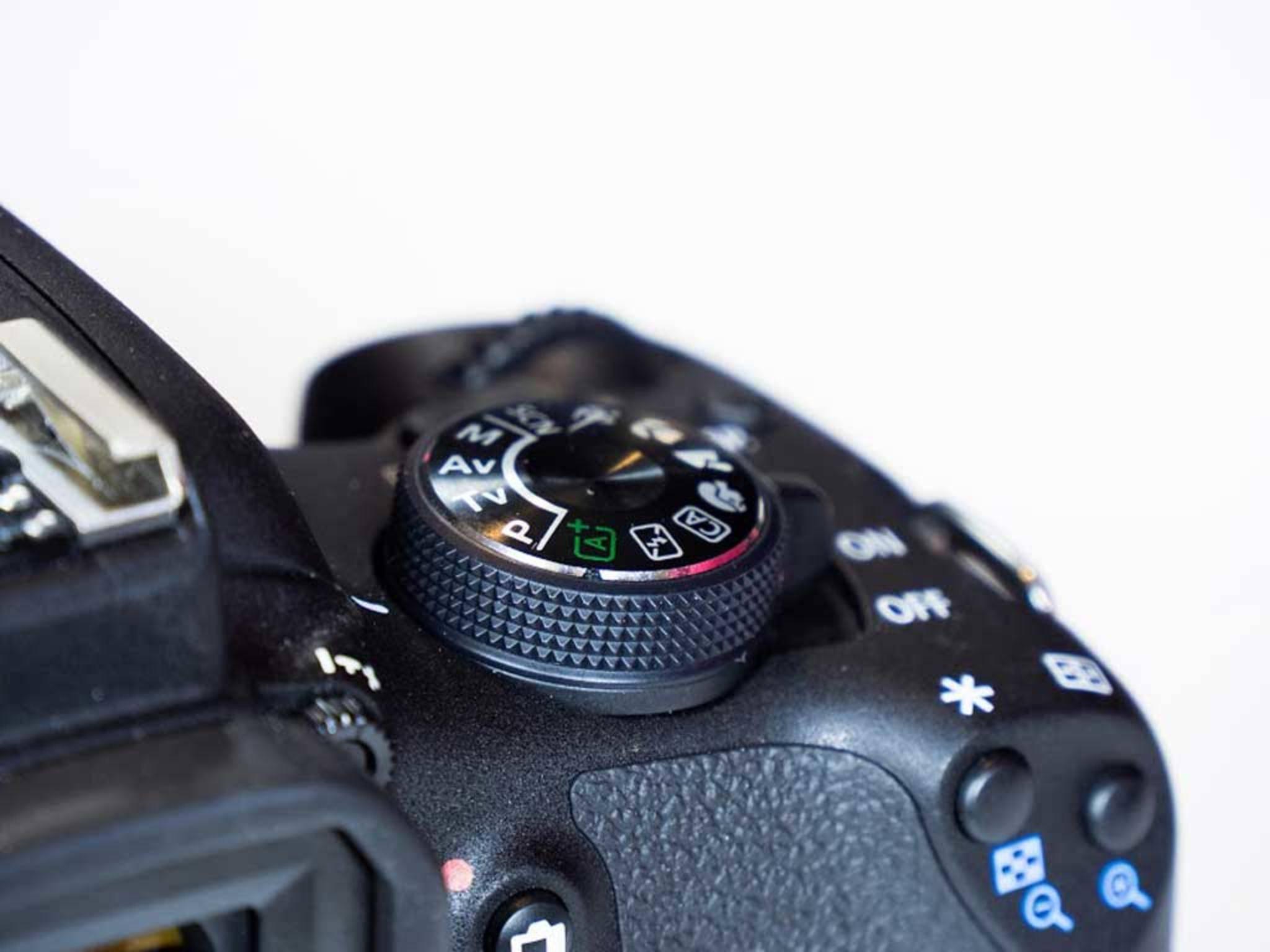 Mit dem Einstellrad auf der Kameraschulter wählt man etwa die Belichtungsart, während sich der ...