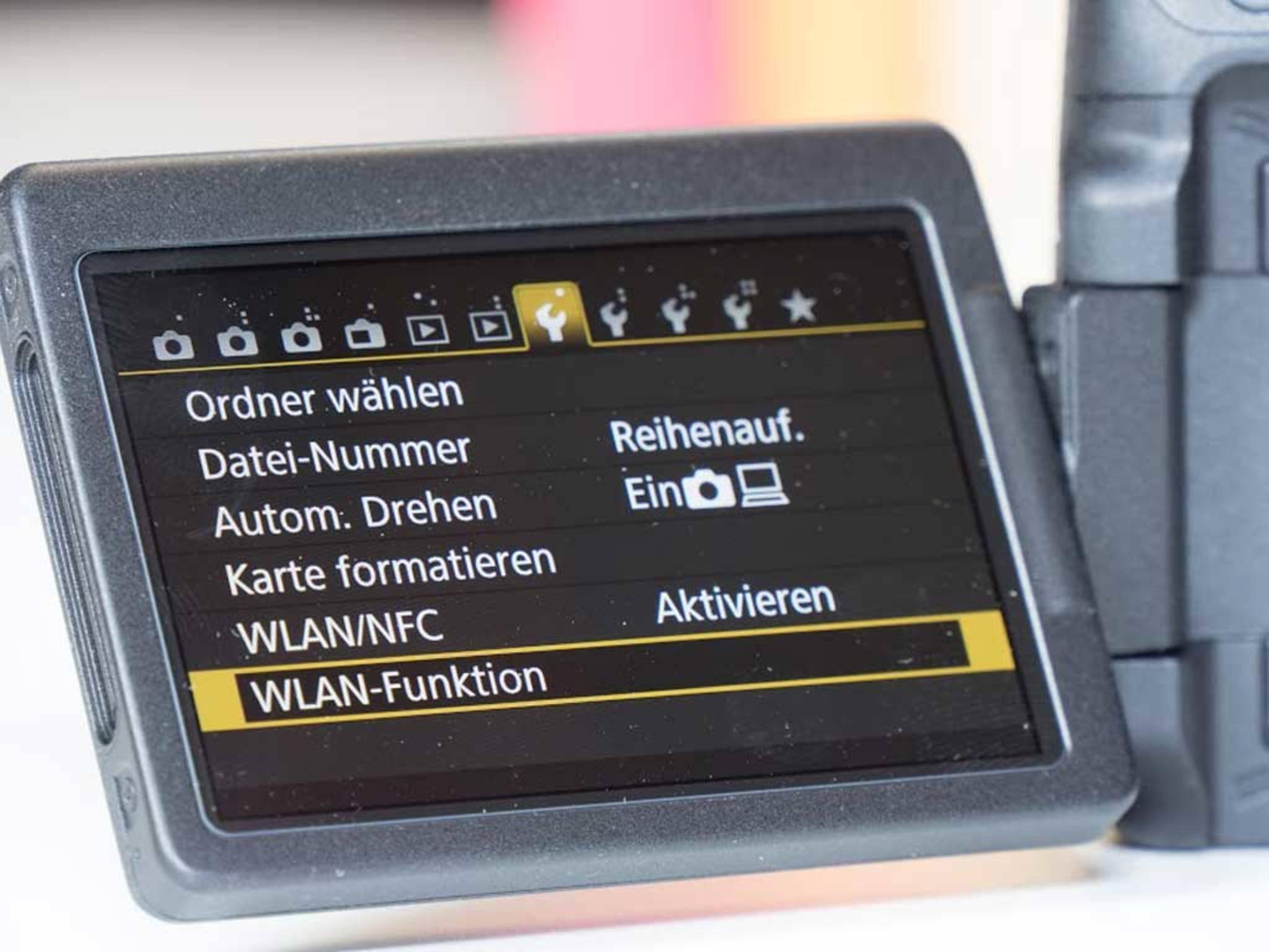 Die Kamera lässt sich per WLAN mit einem Smartphone koppeln. Der Vorgang ist zwar etwas kompliziert, ...
