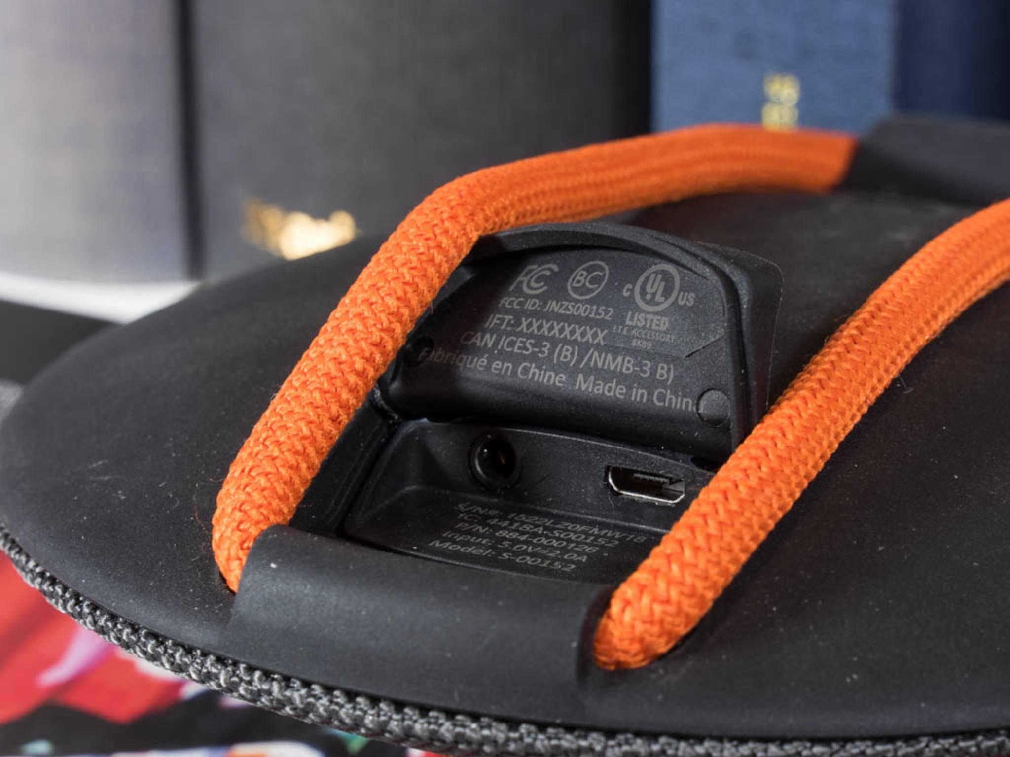 Auf der Rückseite befinden sich der USB-Anschluss und eine Buchse für einen Klinkenstecker.