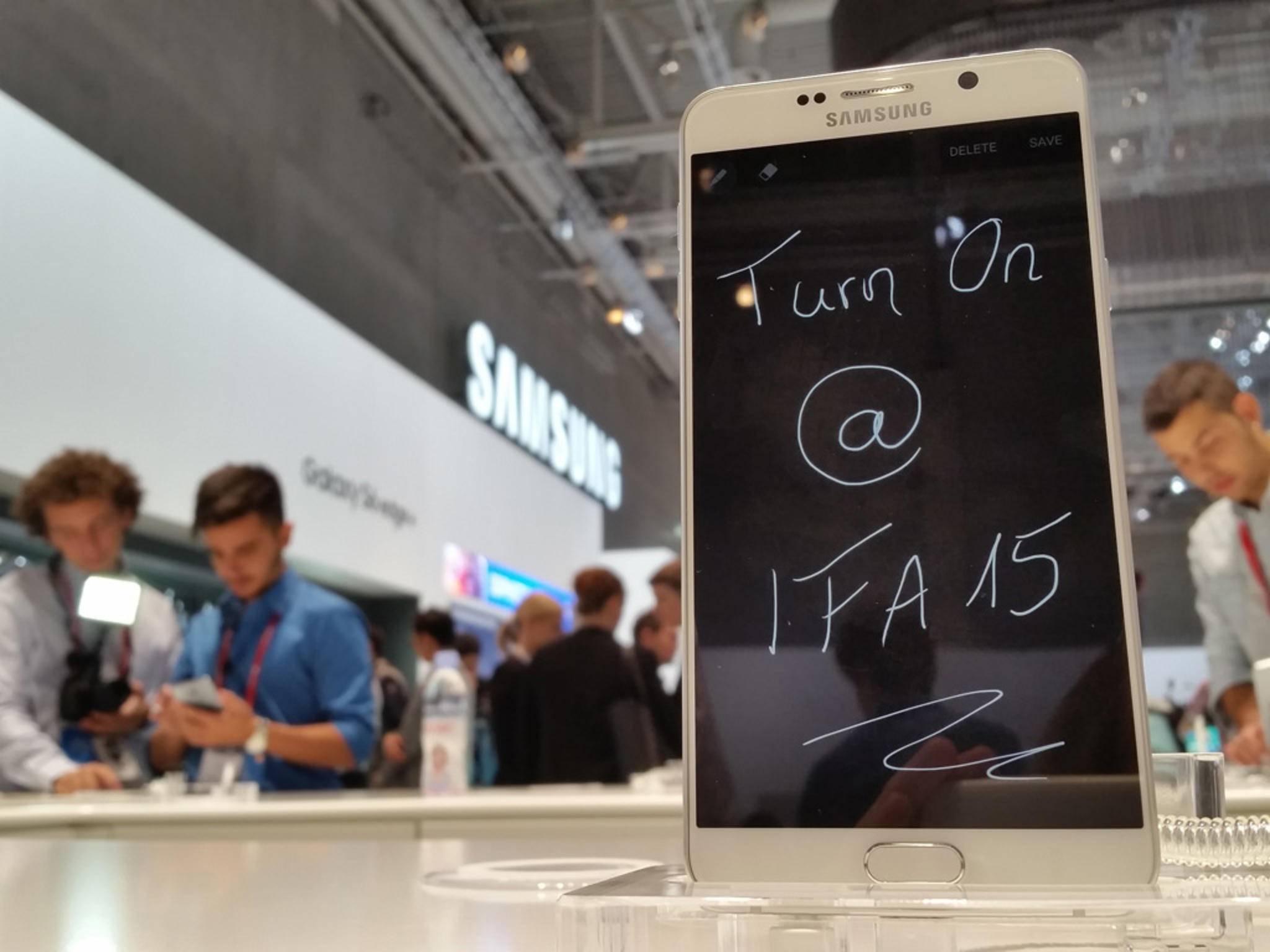 Nur auf der IFA 2015 gab es das Galaxy Note 5 für mich live und in Farbe zu sehen.