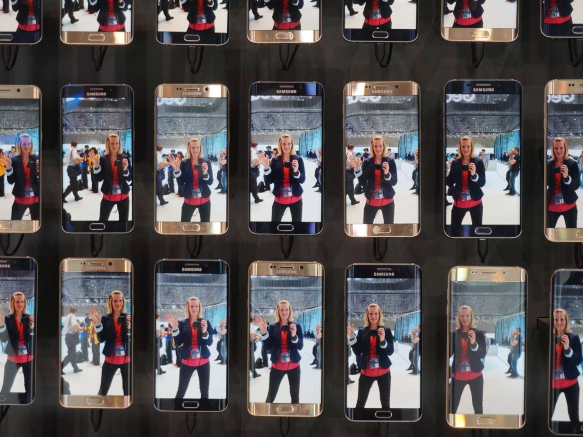 Hallo, Galaxy! Franzi vor der Galaxy S6 Edge+-Wand bei Samsung.