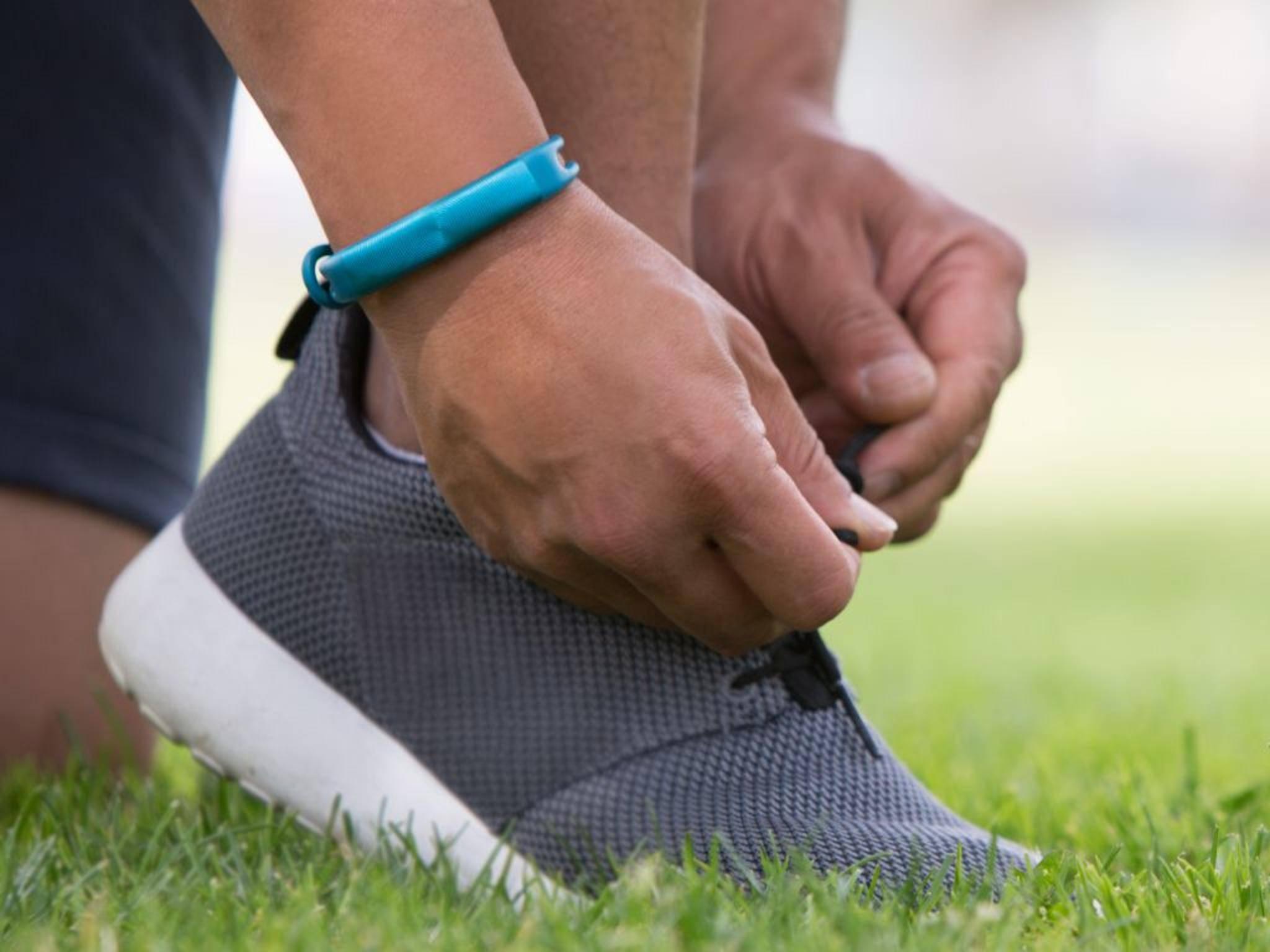 Laufschuhe schnüren und los geht's: mit Runtastic und Jawbone.
