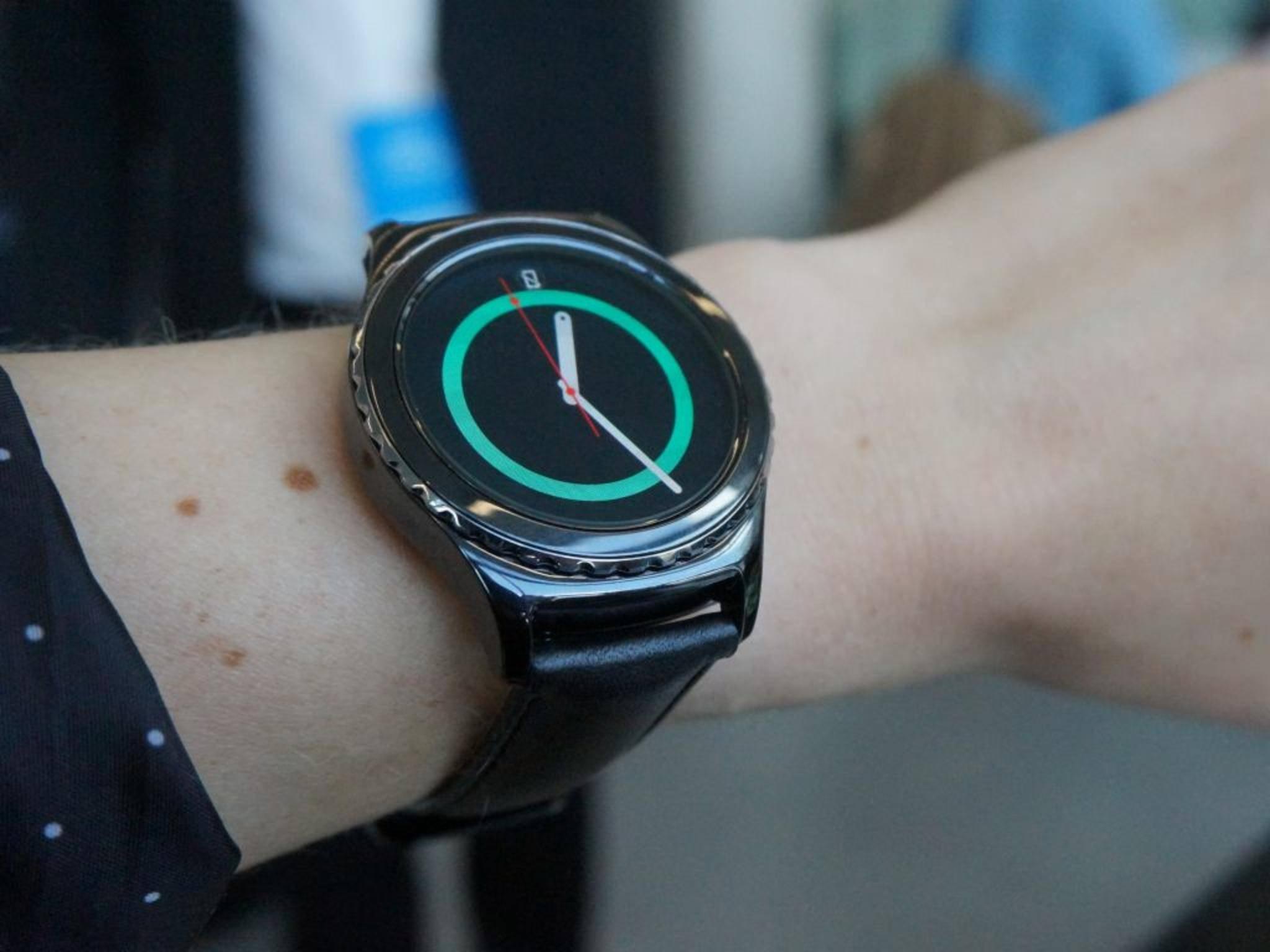 Die Samsung Gear S2 Classic zählt zu den schlankeren Smartwatches.