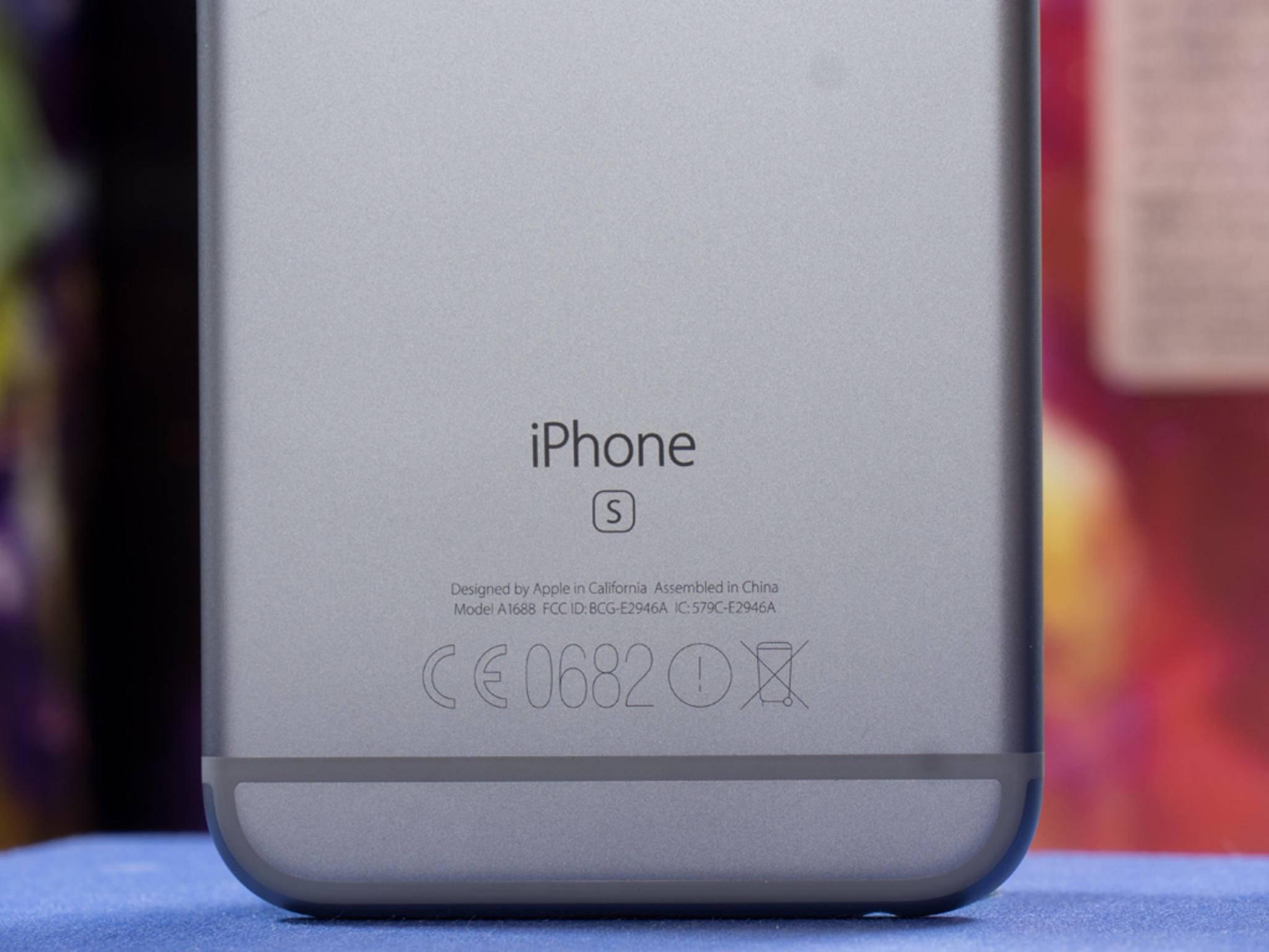 """An dem """"S"""" auf der Rückseite lässt sich das iPhone 6s identifizieren."""