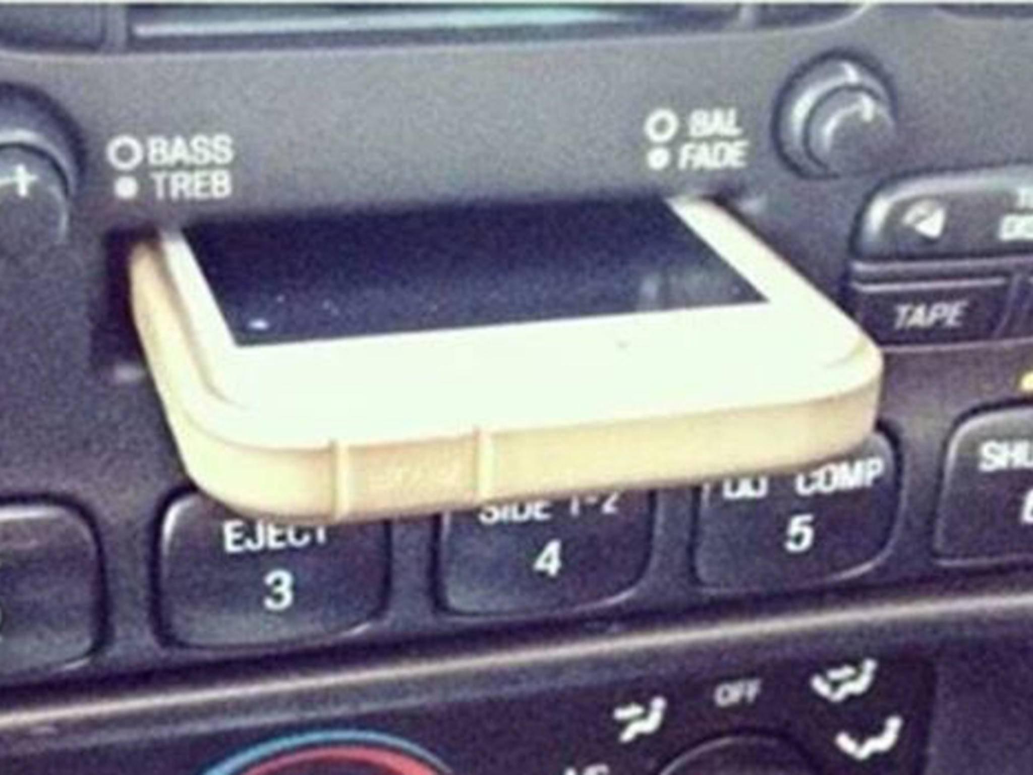 Das iPhone passt tatsächlich in ein Kassetendeck.