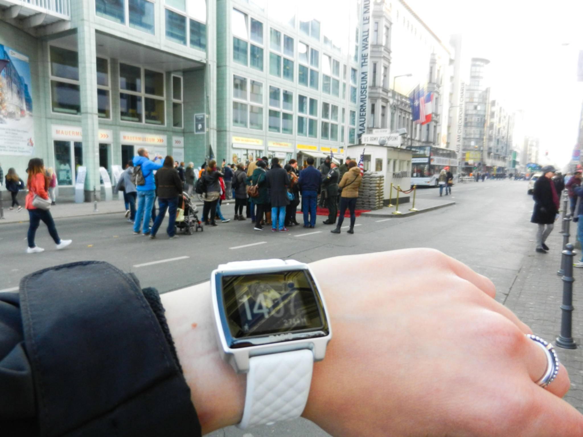 Als ich am Checkpoint Charlie losgehe, habe ich bereits 2744 Schritte auf der Uhr.
