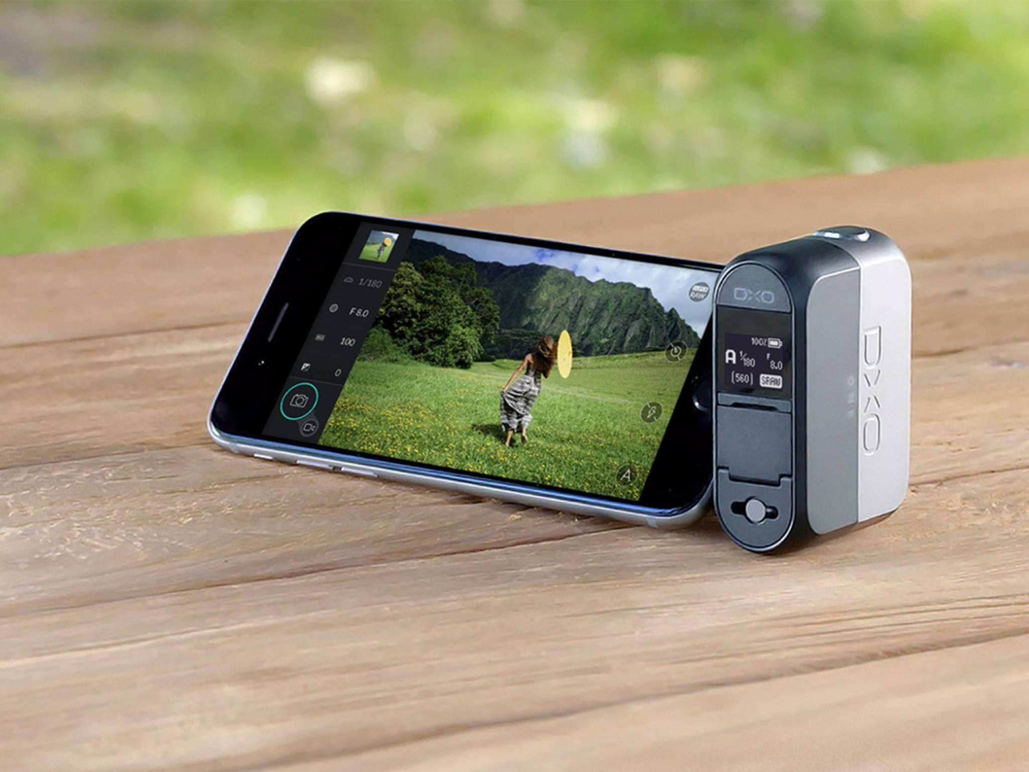Die DxO One wird an den Lightning-Anschluss des iPhones gesteckt.