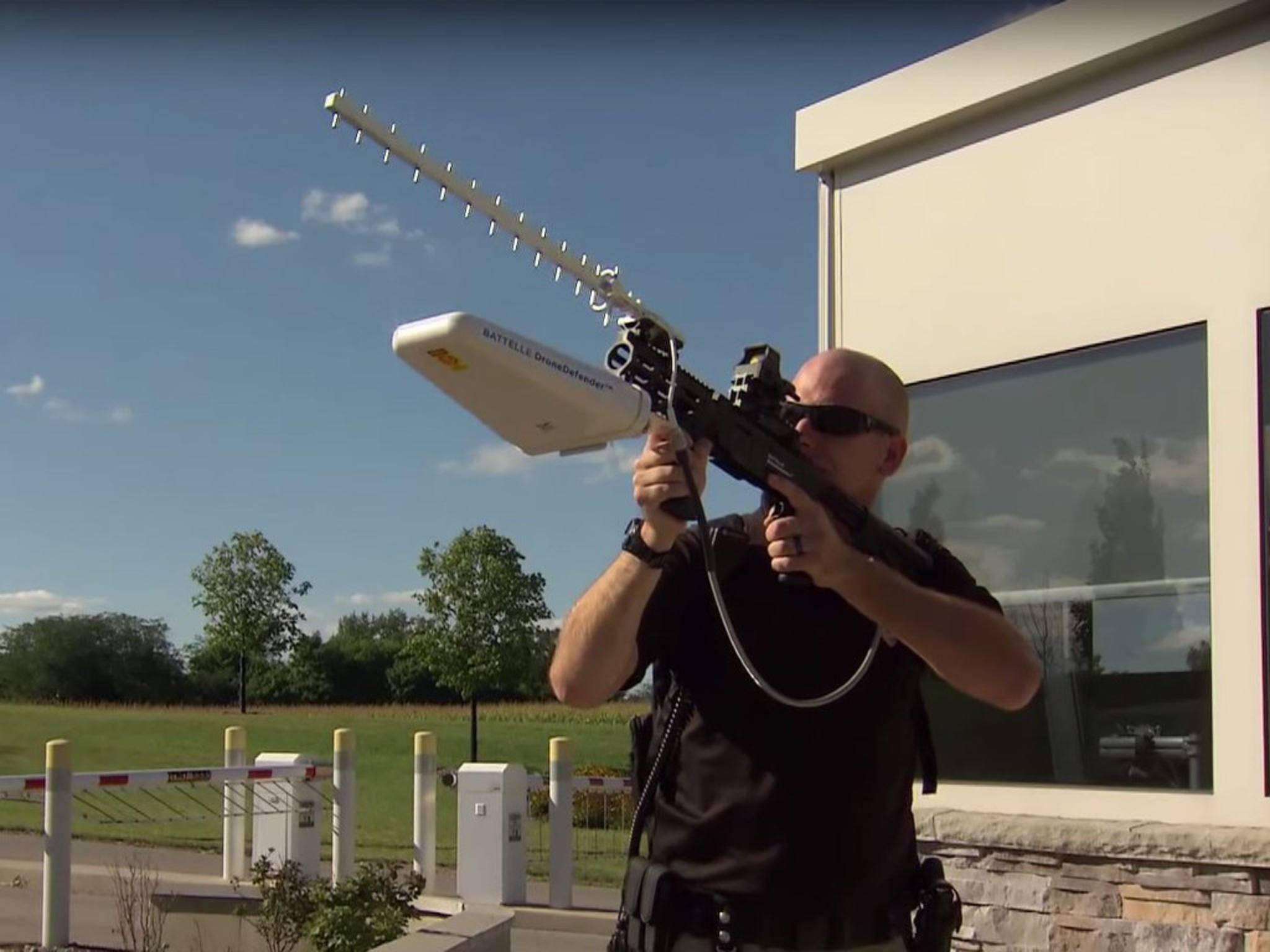 Mit dem DroneDefender lassen sich Drohnen vom Himmel holen.