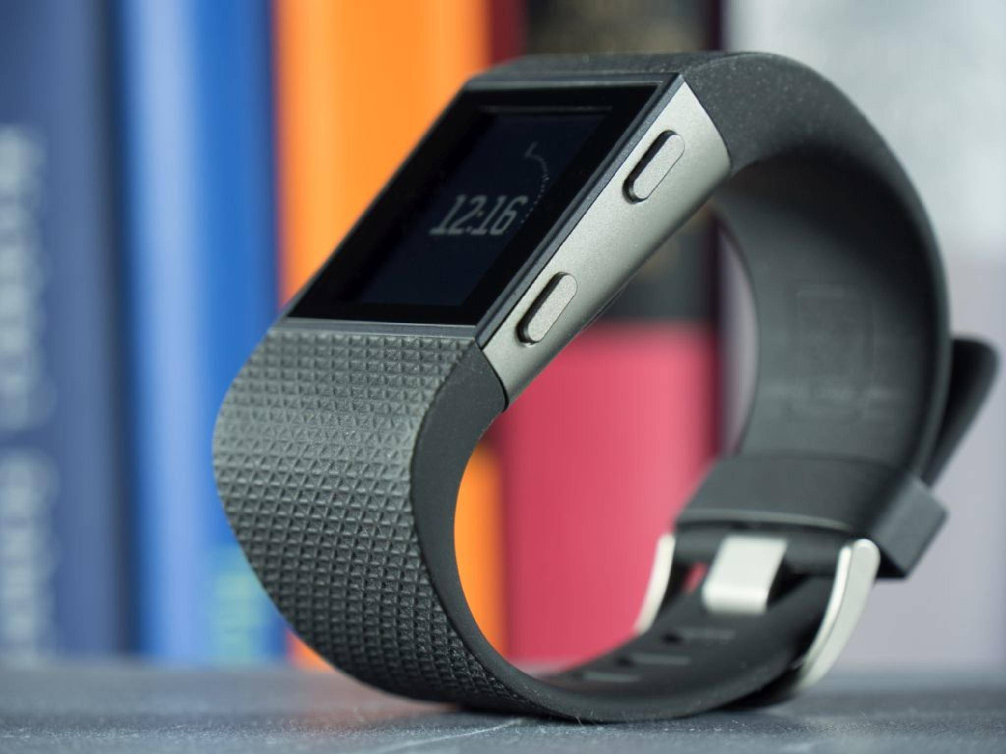 Hübsch ist anders: Die Fitbit Surge besitzt ein Silkonarmband...