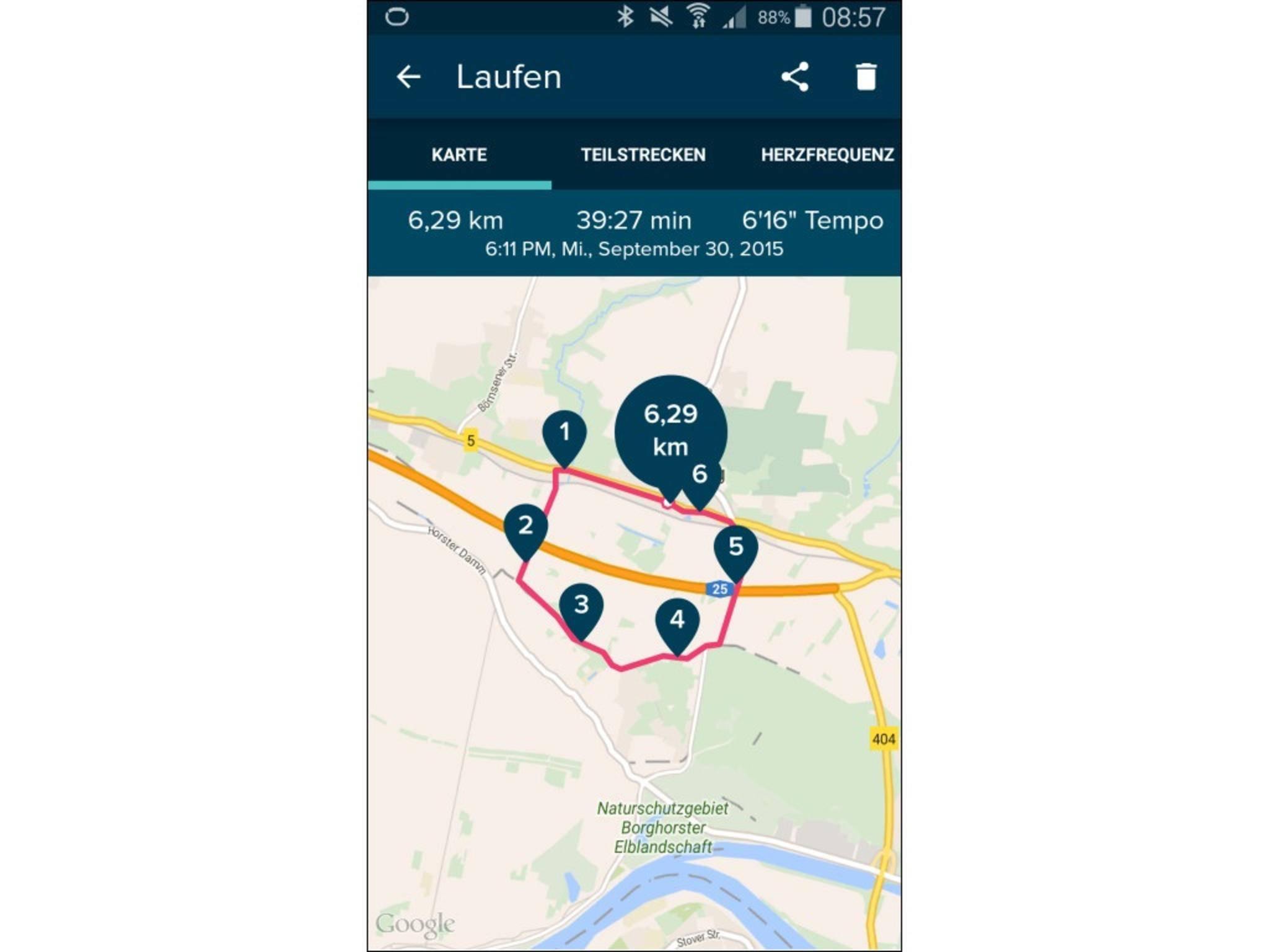 Per GPS loggt die Fitbit Surge die Laufstrecke mit, ...
