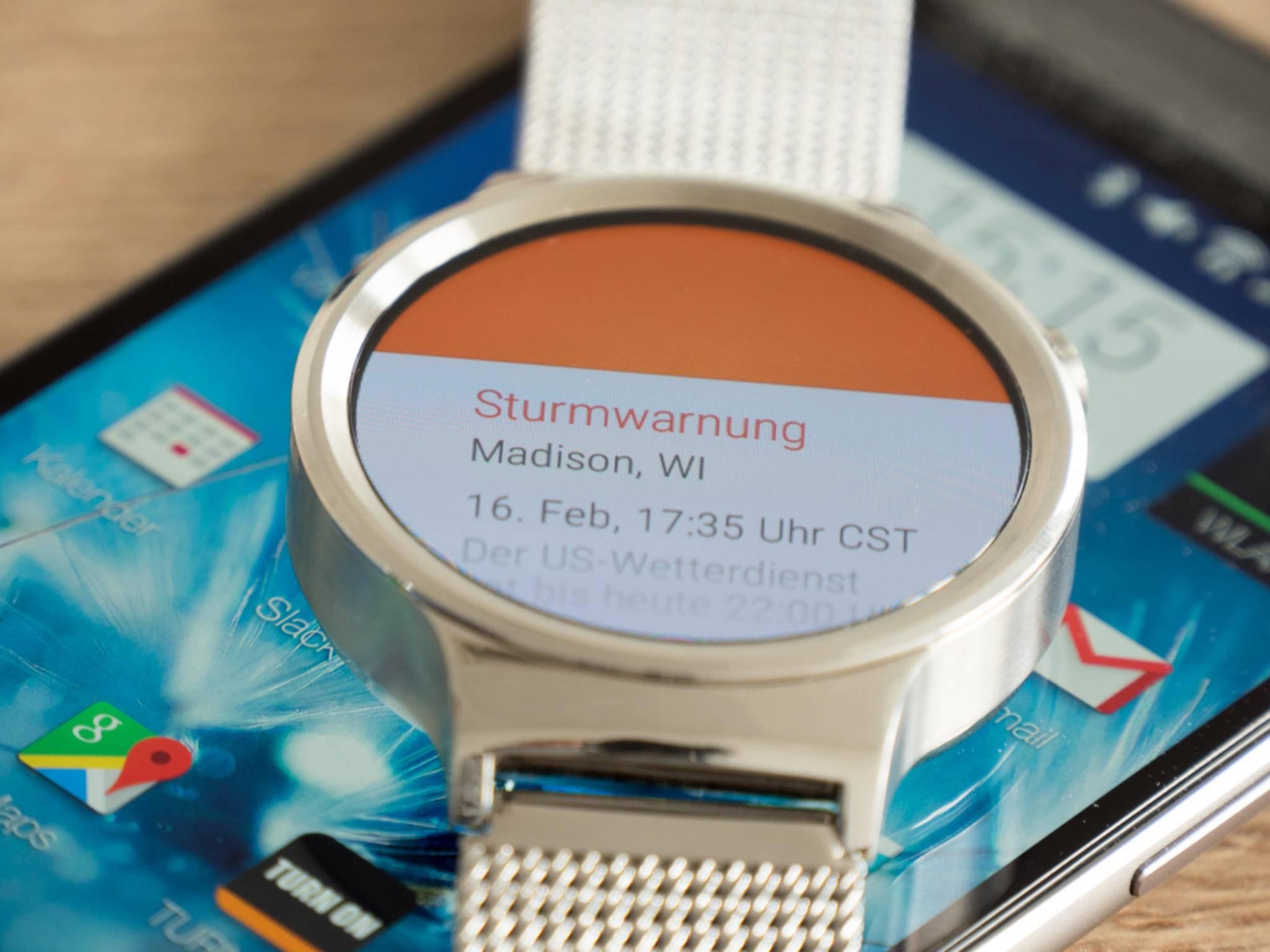 Mittels der sogenannten Karten informiert Android Wear über eingehende Nachrichten und Anrufe.