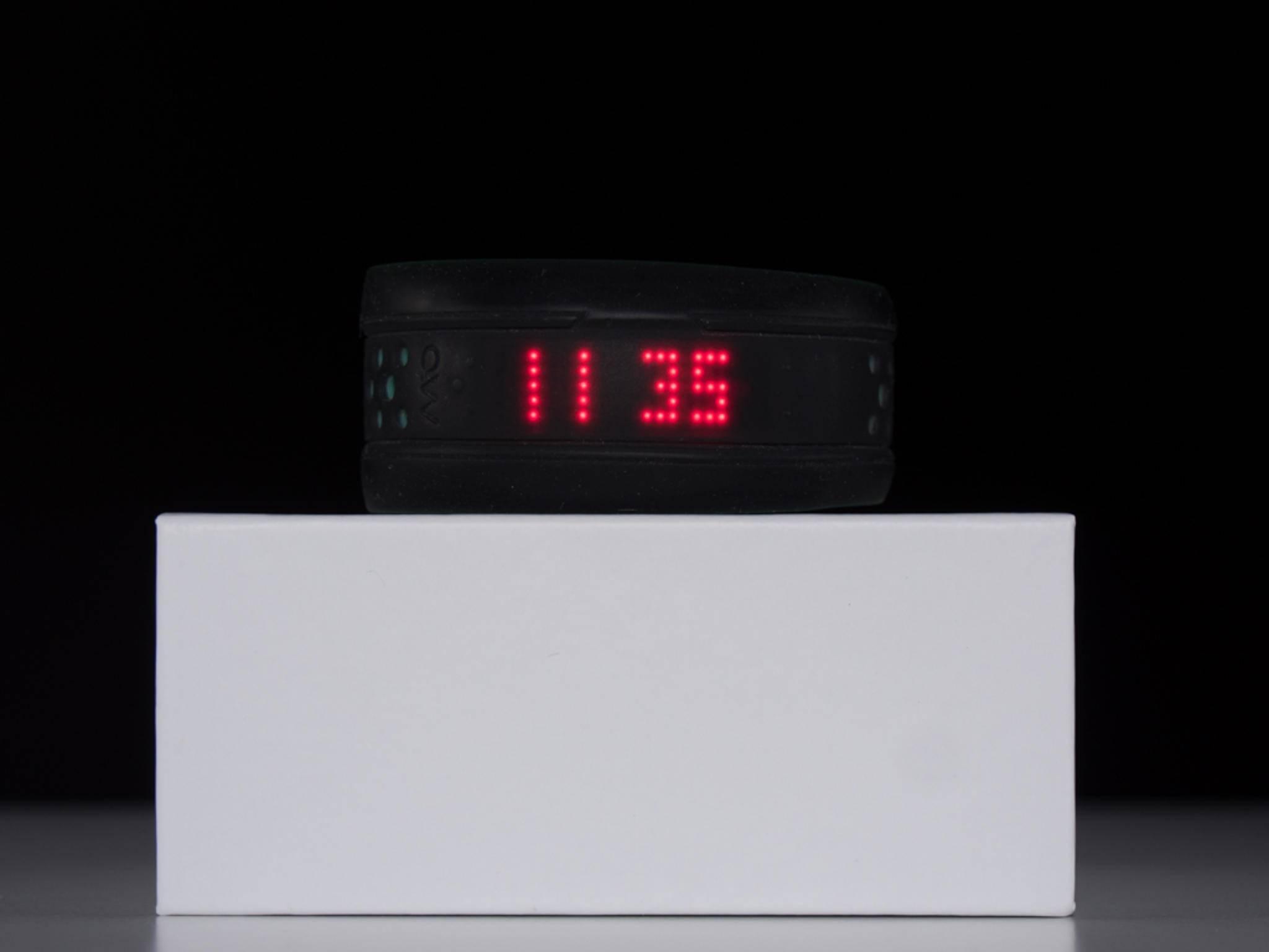 Ein Tipp auf die Oberfläche lässt die Uhrzeit auf der LED-Anzeige erscheinen.