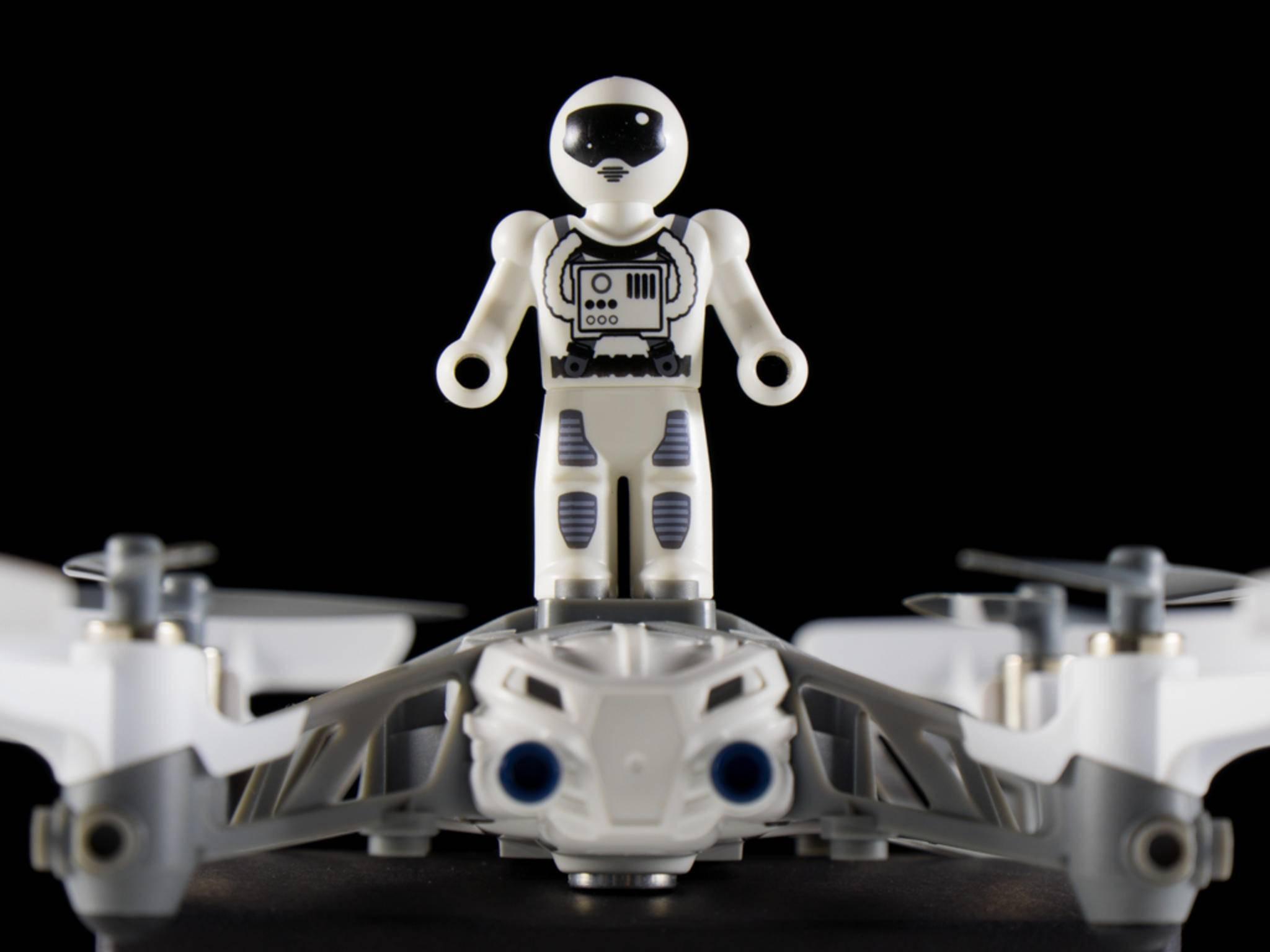 Kleine Lasten wie das mitgelieferte Männchen kann die Drohne locker transportieren.