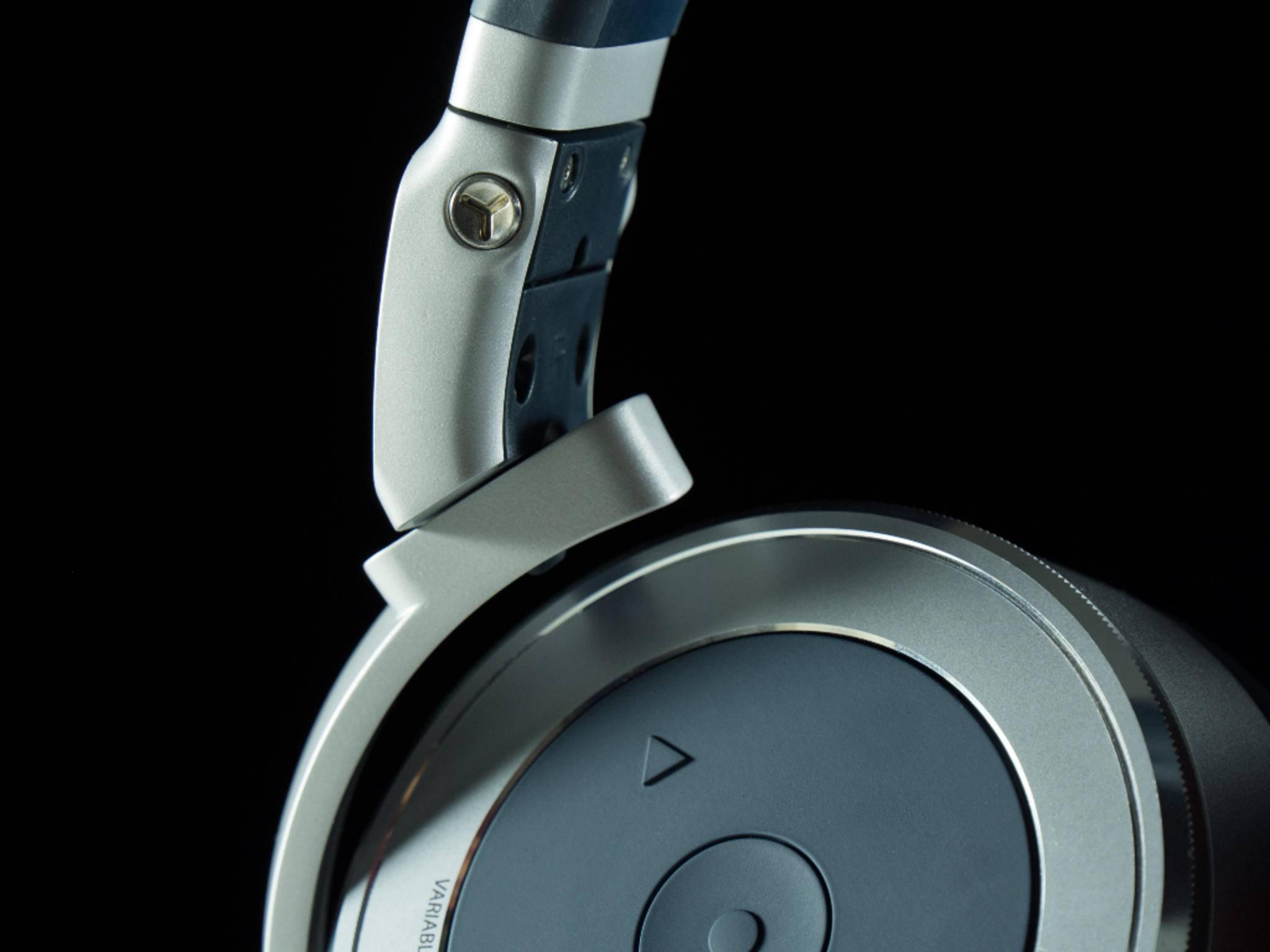 Die Ohrmuscheln des klappbaren Kopfhörers sind drehbar.