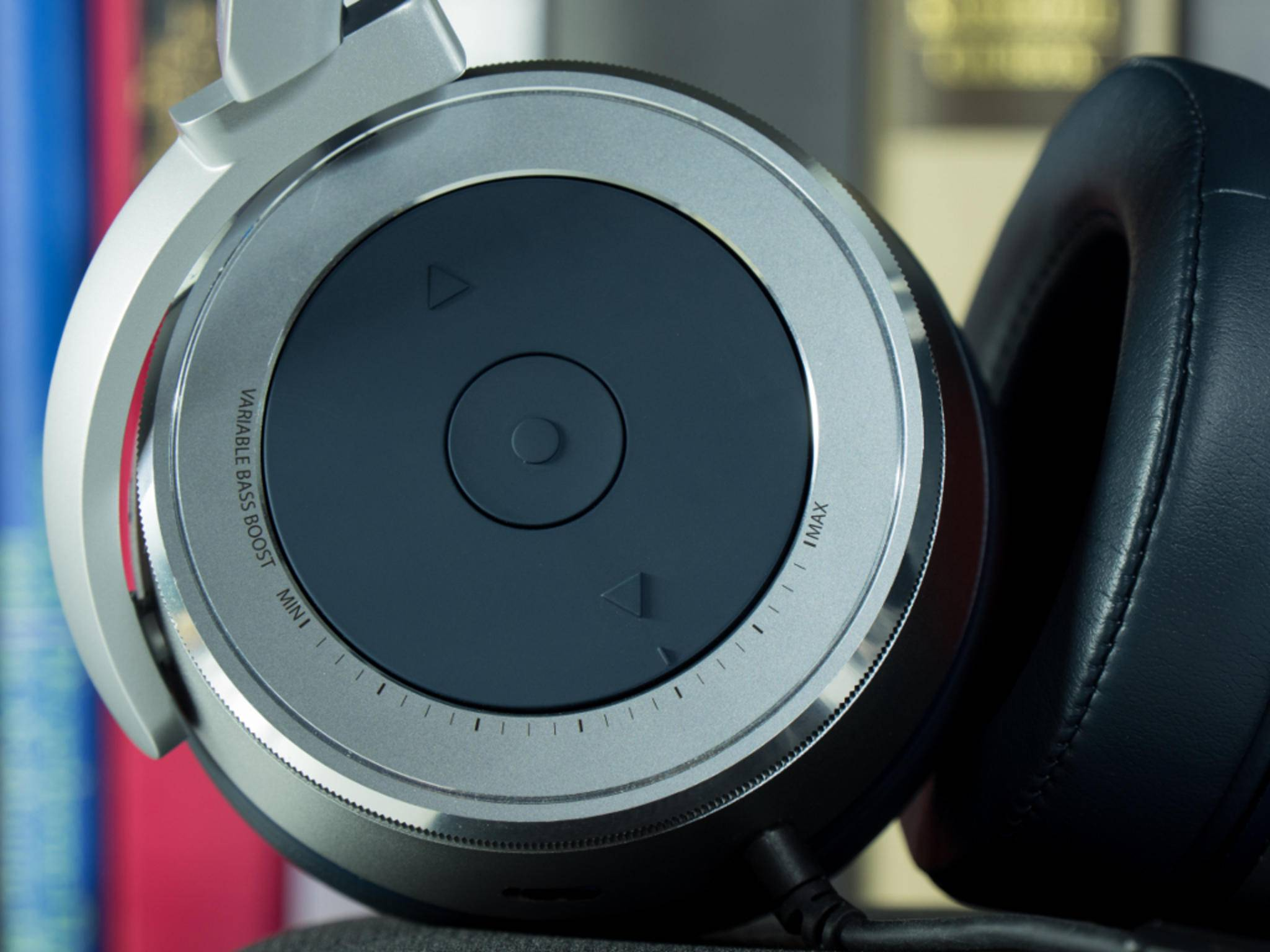 Auf der rechten Ohrmuschel sitzen auch die Bedienelemente für die Lautstärkeregelung.