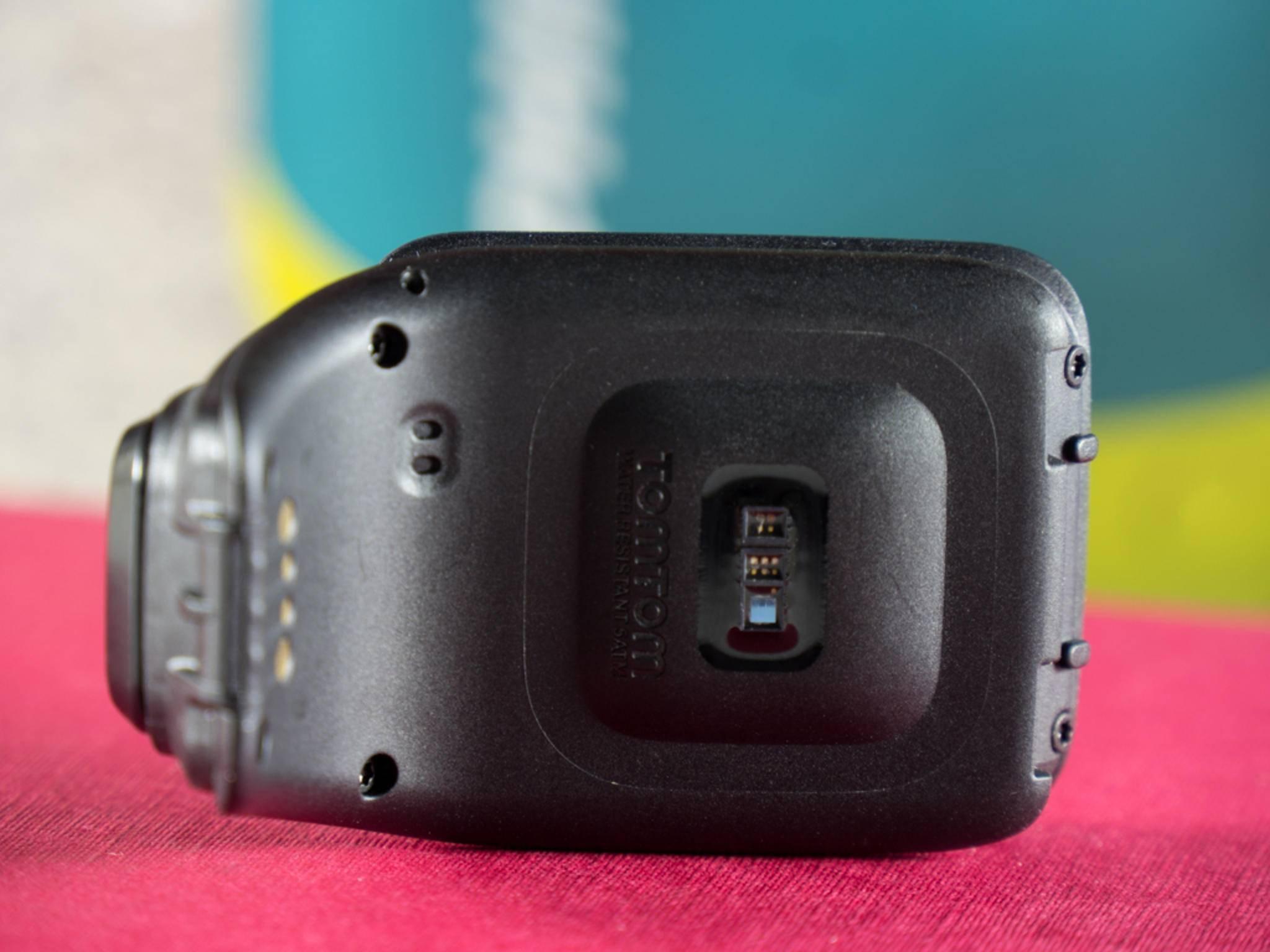Mit den Sensoren auf der Rückseite wird der Puls gemessen.