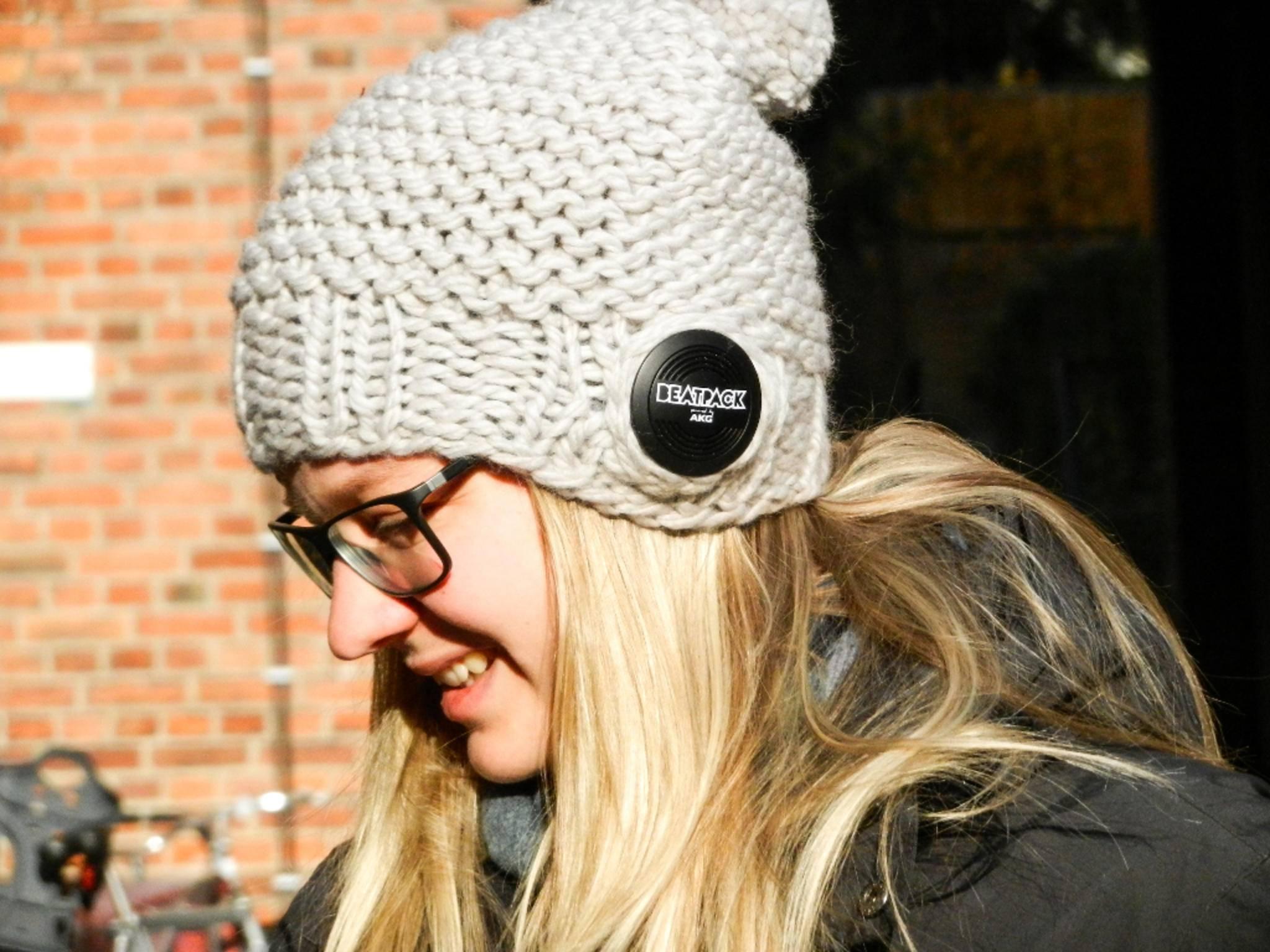 Besonders die warme Mütze mit Lautsprecher hat es Stefanie angetan.