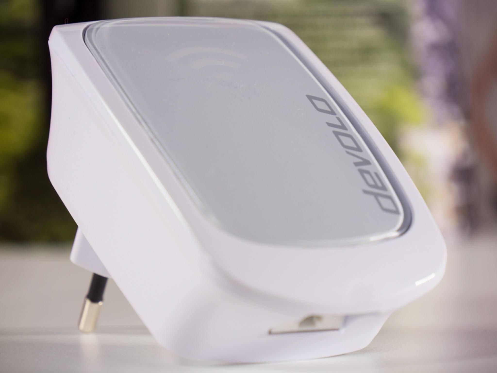 Der kompakte Repeater im schlichten Weiß fügt sich optisch gut in den Haushalt ein.