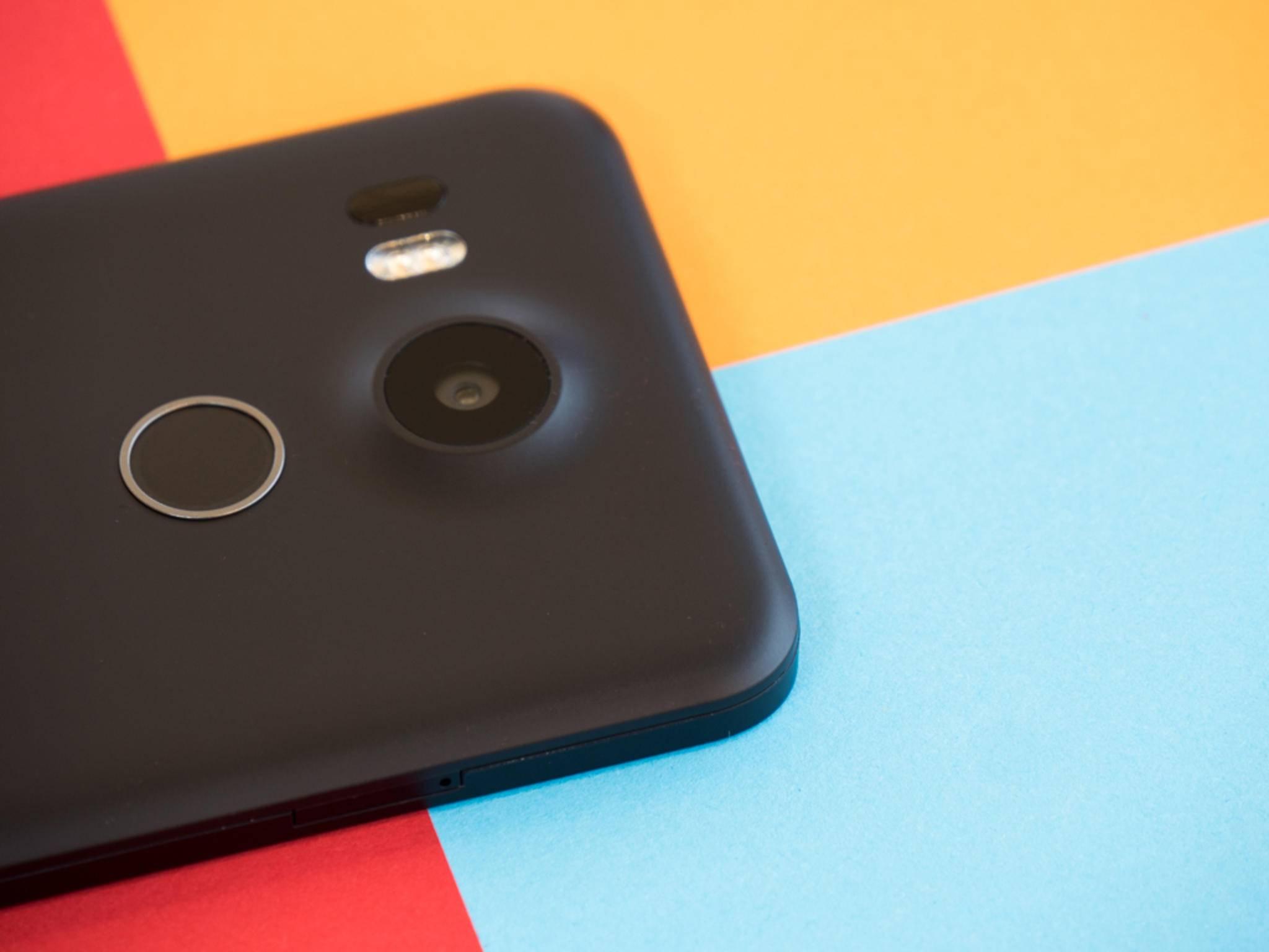 Das Smartphone hat auf der Rückseite auch einen Fingerabdrucksensor.