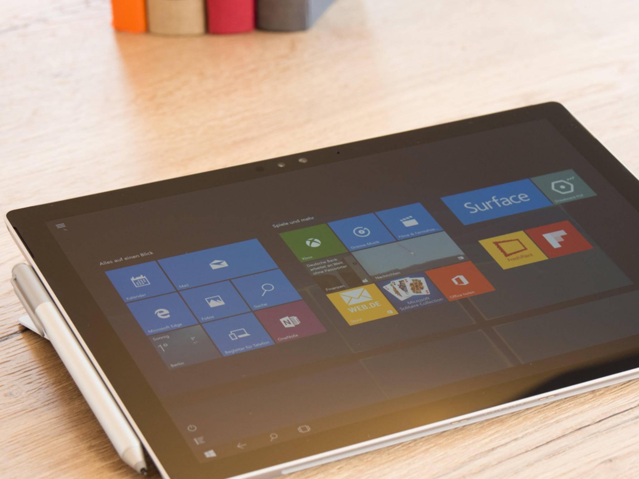 Dadurch kann der Surface Pen einfach angeheftet werden.