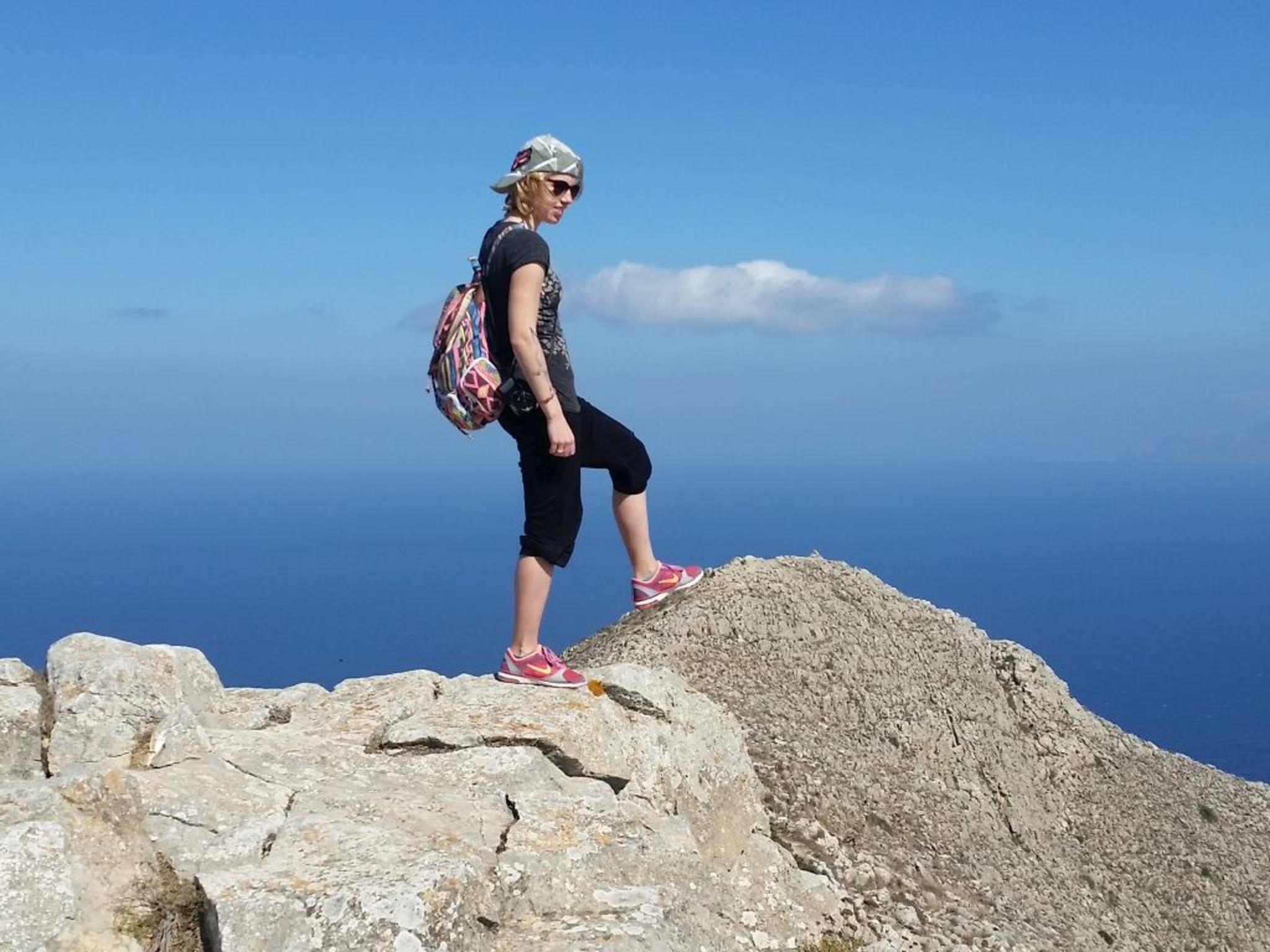 Der Bergrücken im Hintergrund ist weit entfernt und scheinbar dennoch mit einem kleinen Schritt erreichbar.