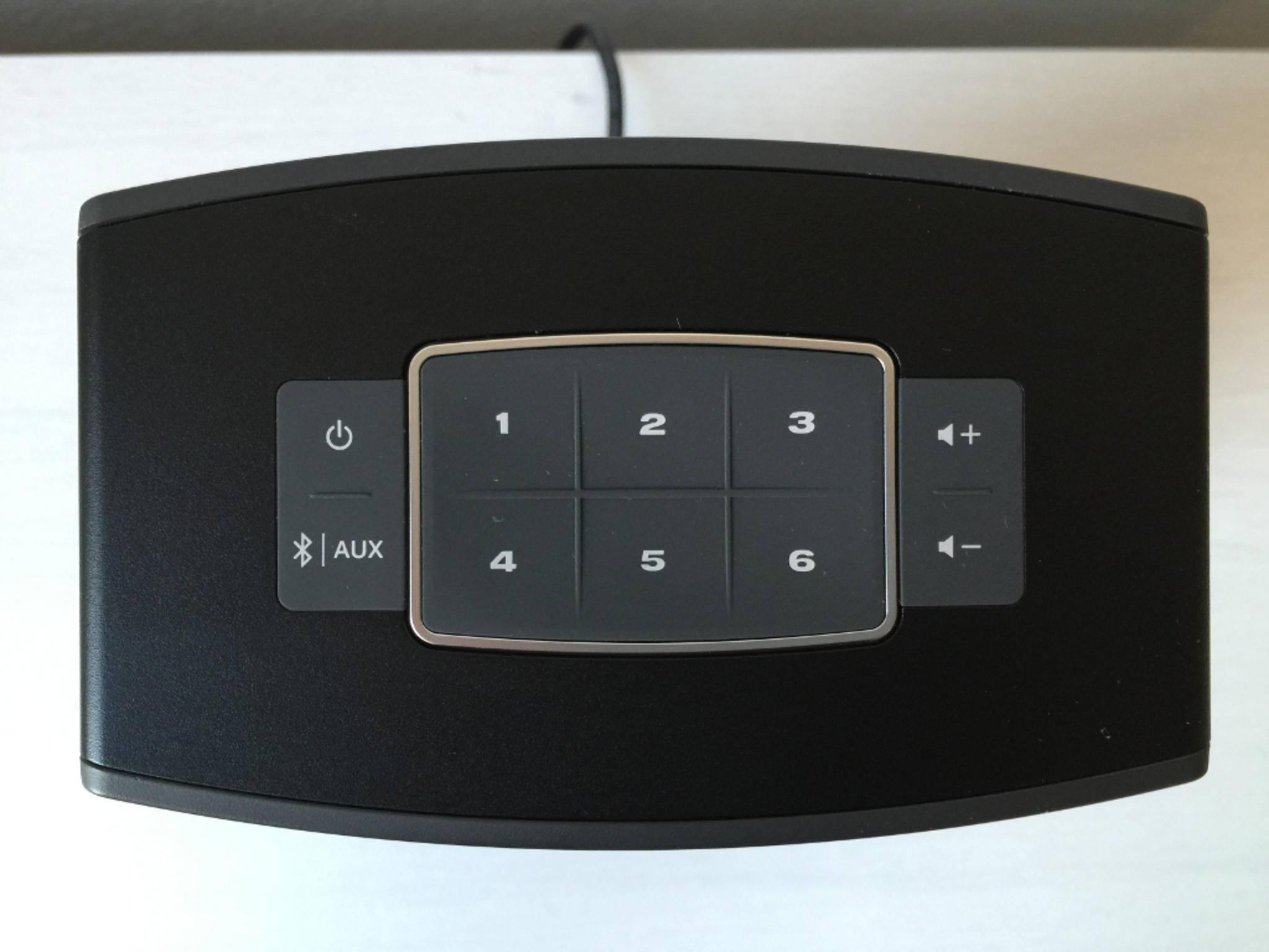 Die sechs Hardware-Buttons lassen sich beispielsweise mit Musikstreaming-Diensten belegen.
