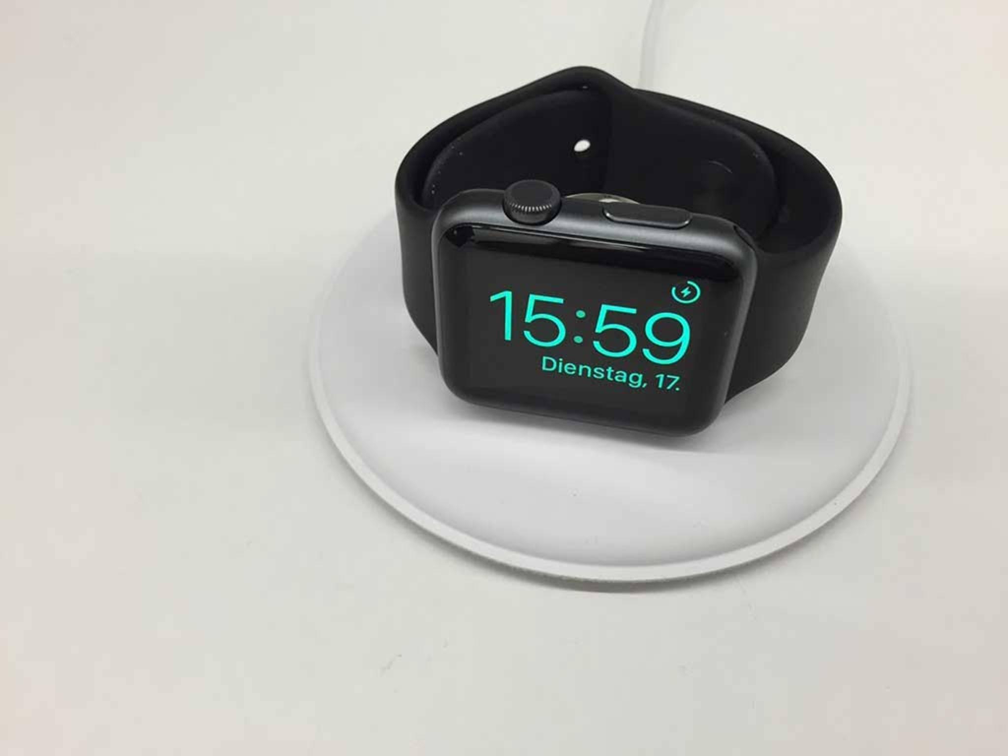 Die Apple Watch kann auf dem Ladedock im neuen Nachttisch-Modus betrieben werden.