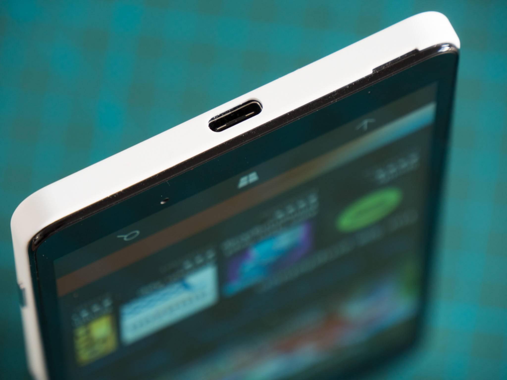 Das Display-Dock wird am USB Type-C-Port angeschlossen.