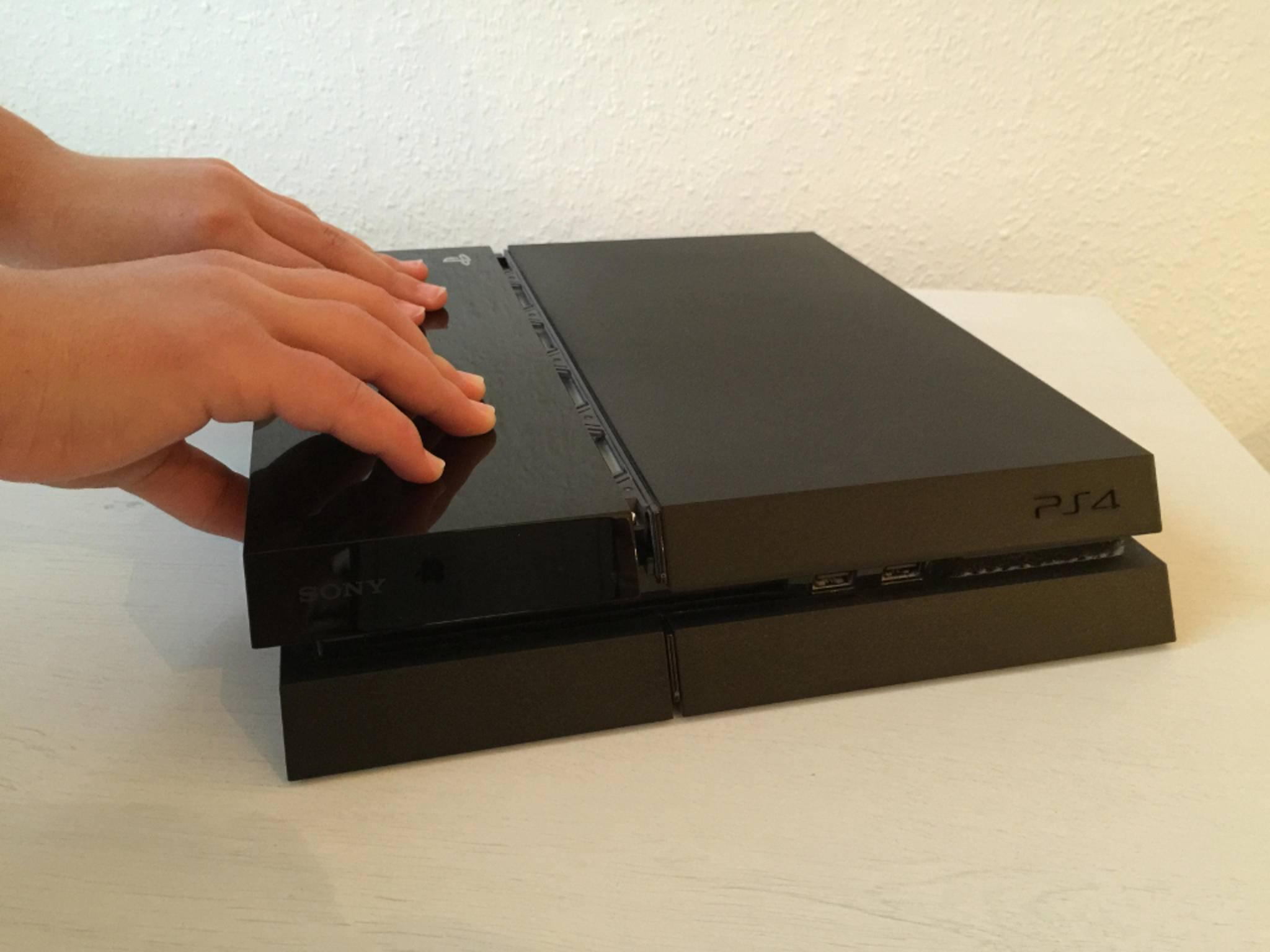 Unter der Klavierlack-Abdeckung verbirgt sich die Festplatte der PS4.
