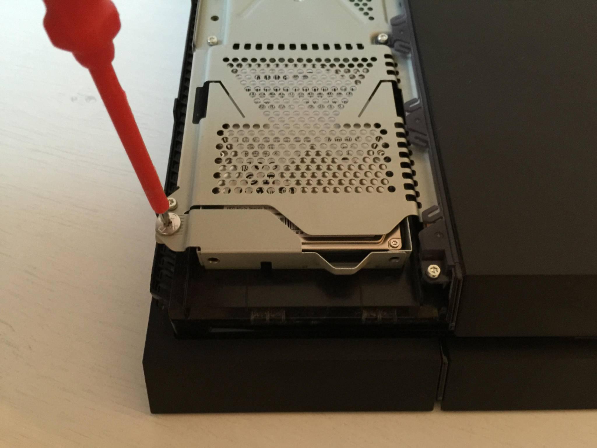 Anschließend die PS4-Schraube entfernen...