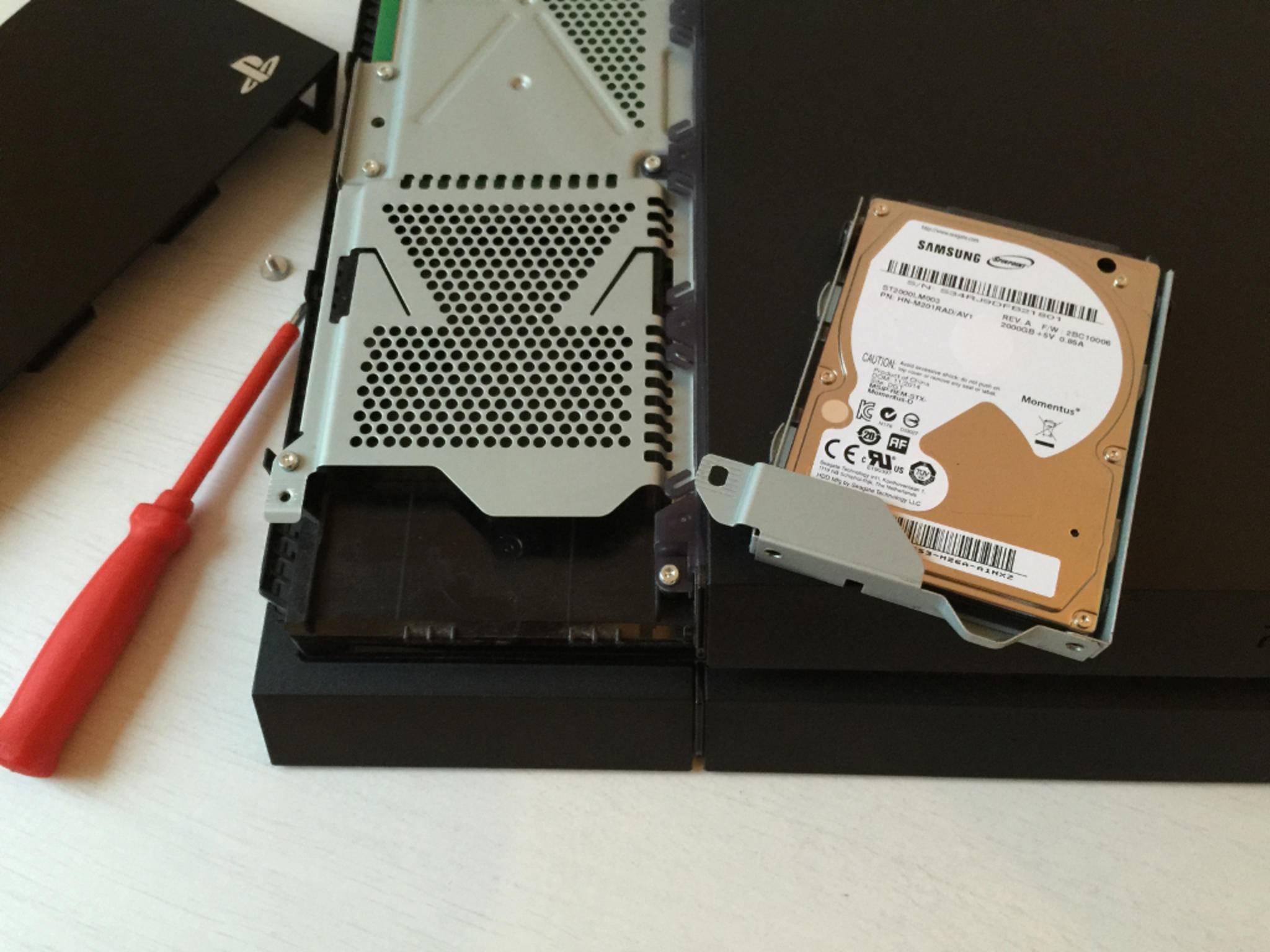 Die Festplatte selbst ist noch einmal mit vier Schrauben im Kasten gesichert.