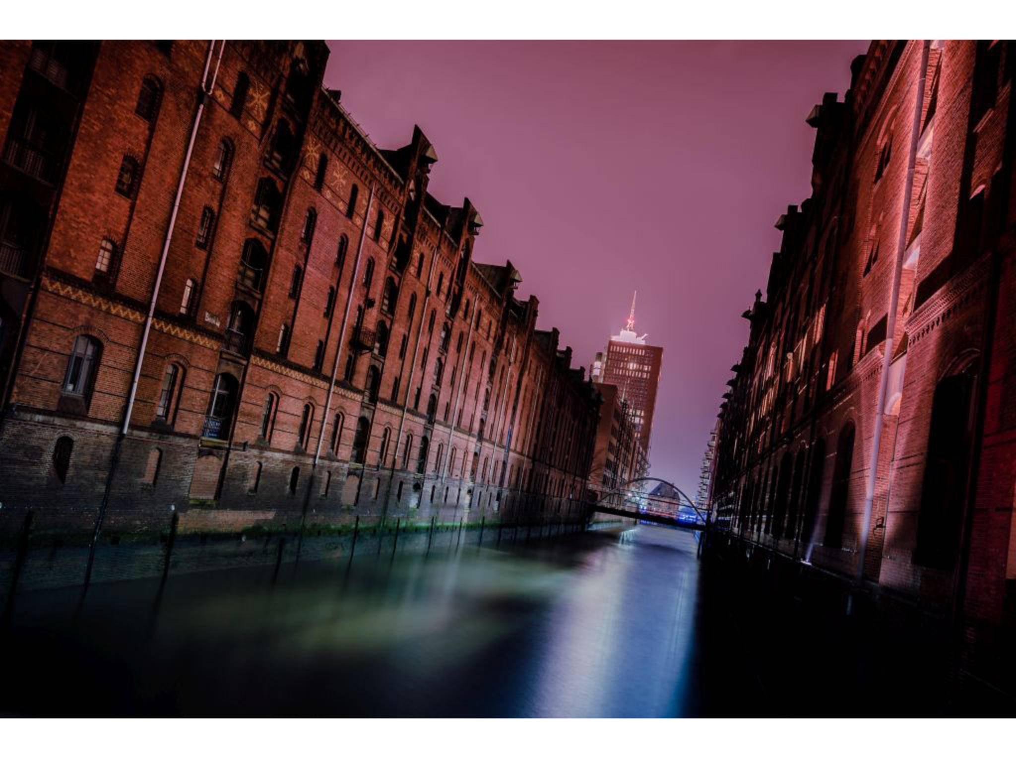 Die Speicherstadt in Hamburg – fotografiert mit einer f/4-Blende.
