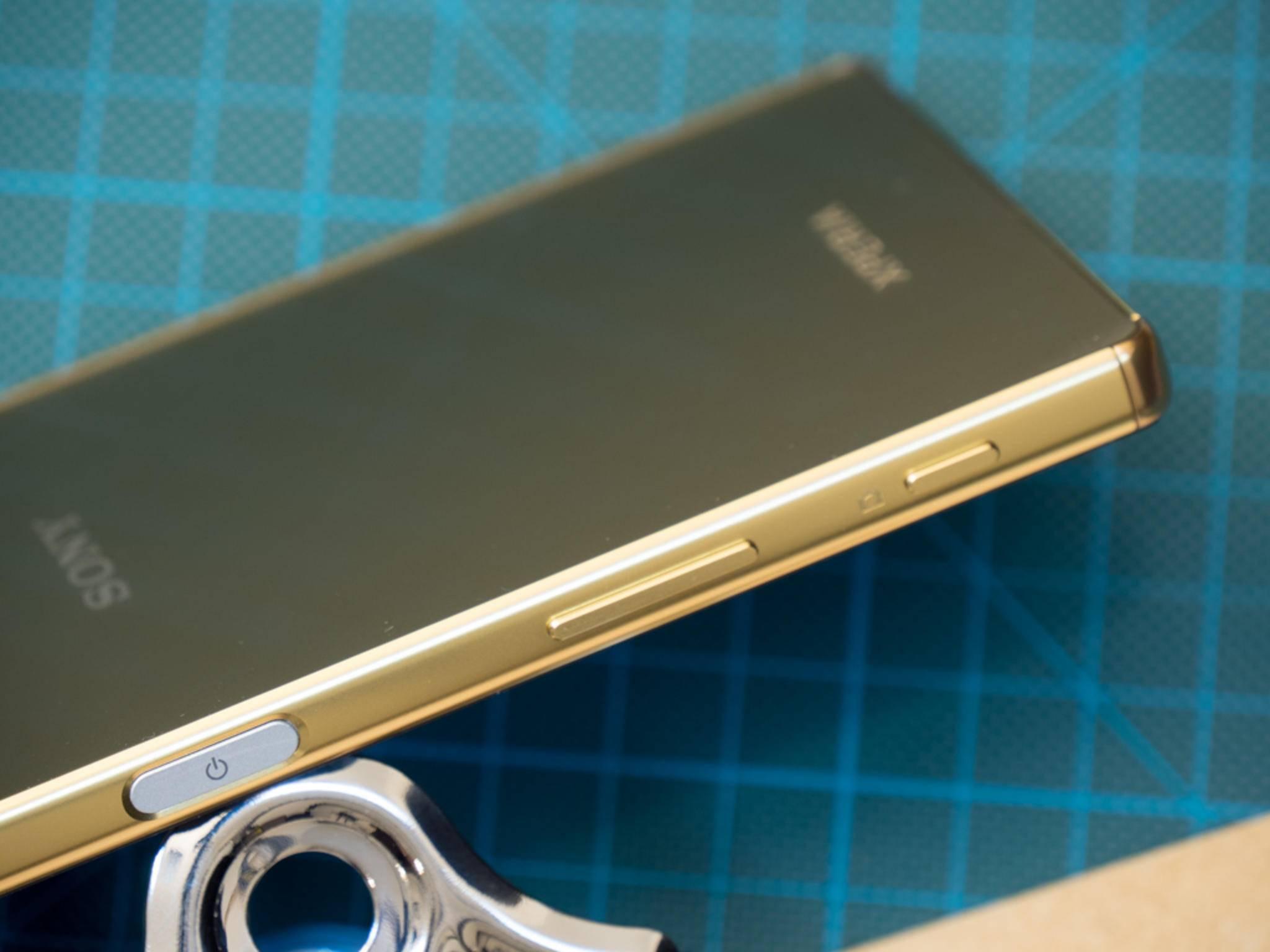 Das Sony Xperia Z5 Premium ist in edlem Gold, Schwarz oder Chrom erhältlich.