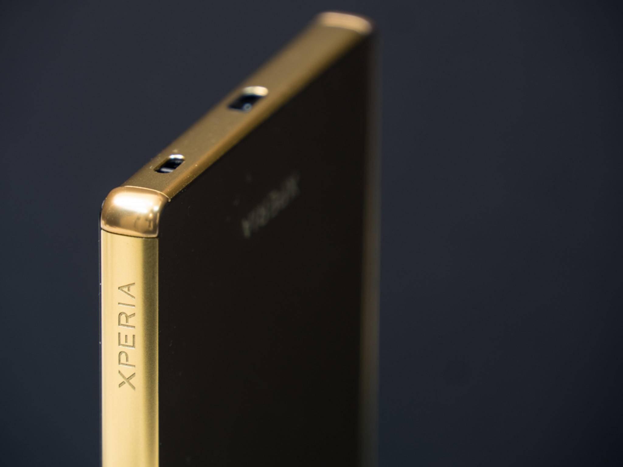 Mit seinem kantigen Design fühlt sich das Smartphone recht klobig an.
