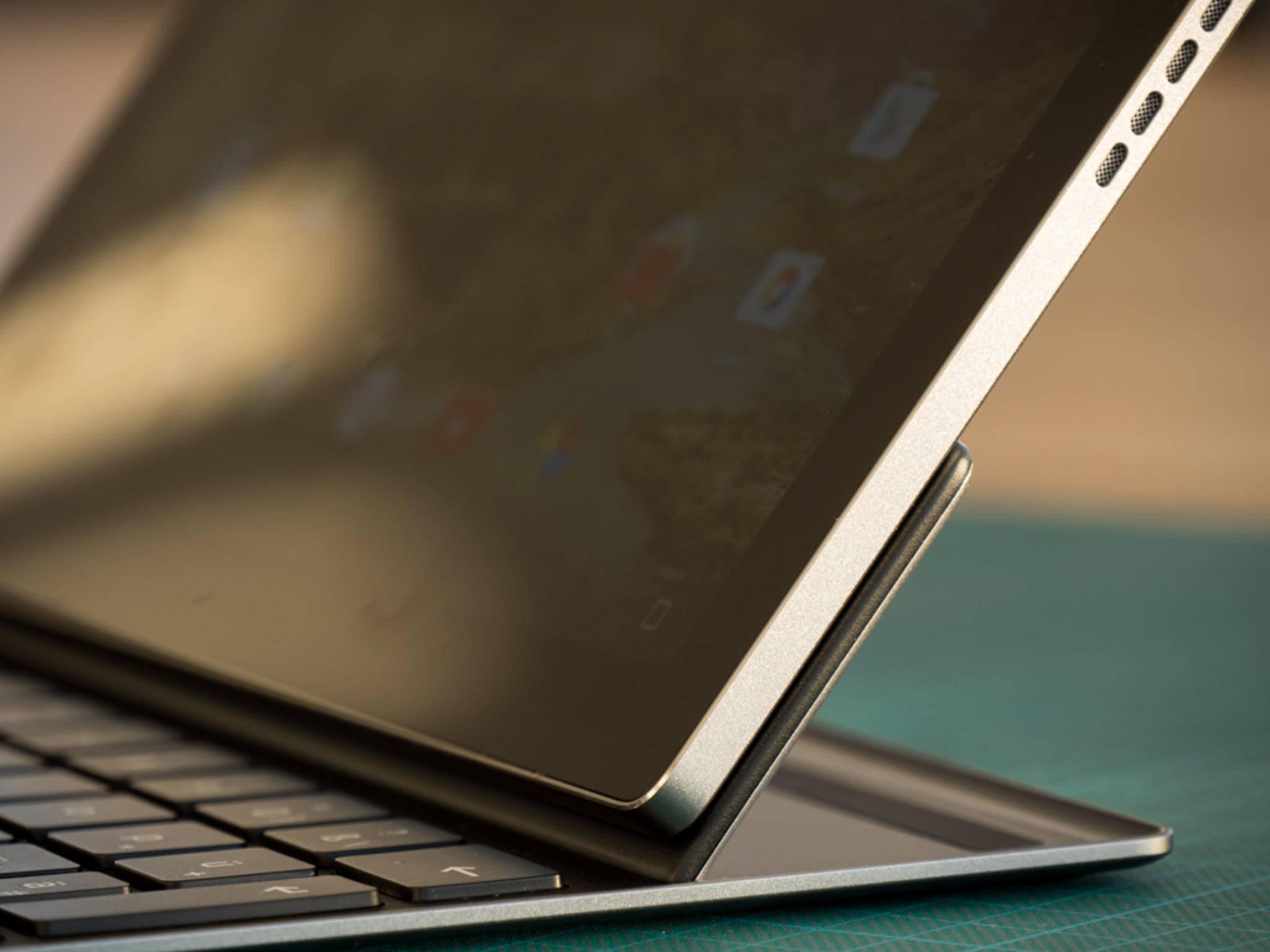 Die Tastatur ist mit einem starken Magneten am Tablet angedockt und ...