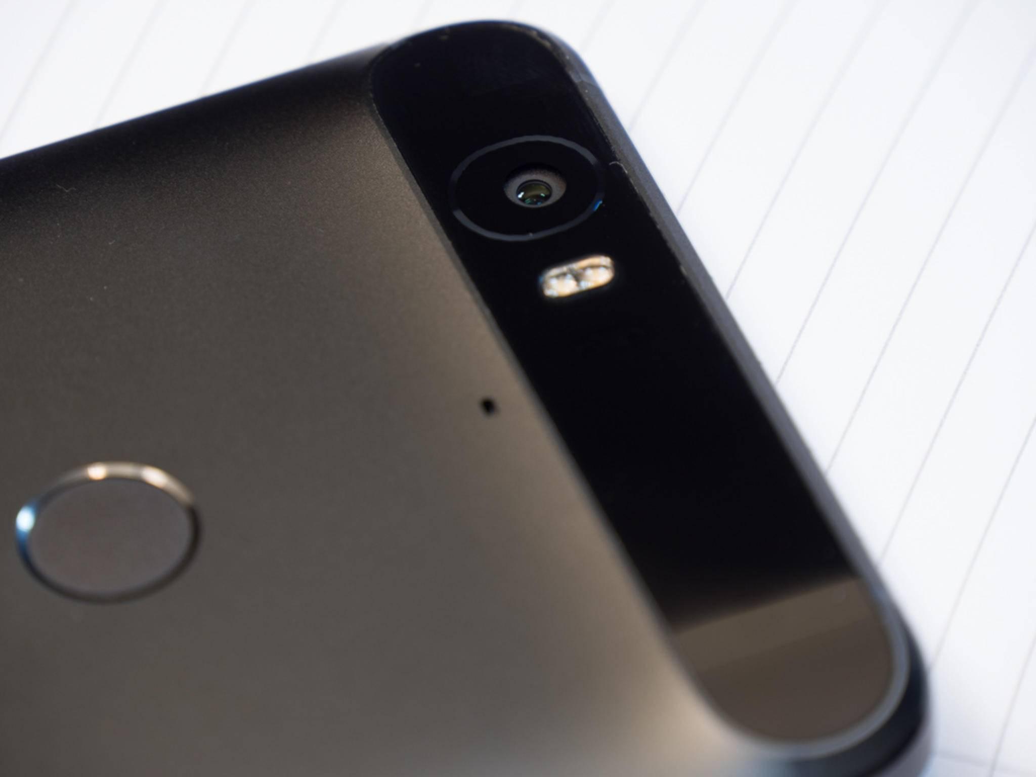 Auf der Rückseite dominiert ein markanter Glasbalken die Optik.