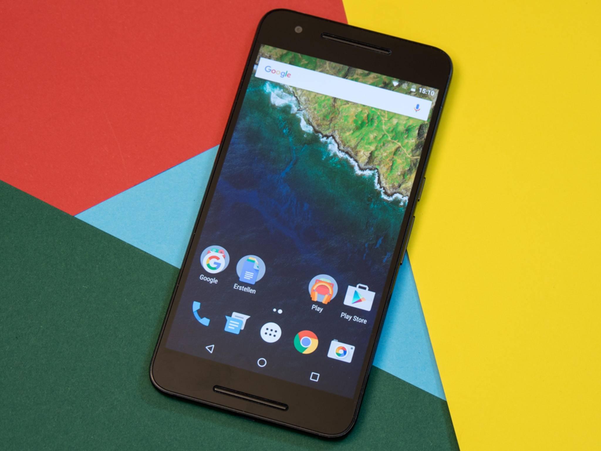 Trotz eines Gewichts von 178 Gramm liegt das Nexus 6P angenehm in der Hand.