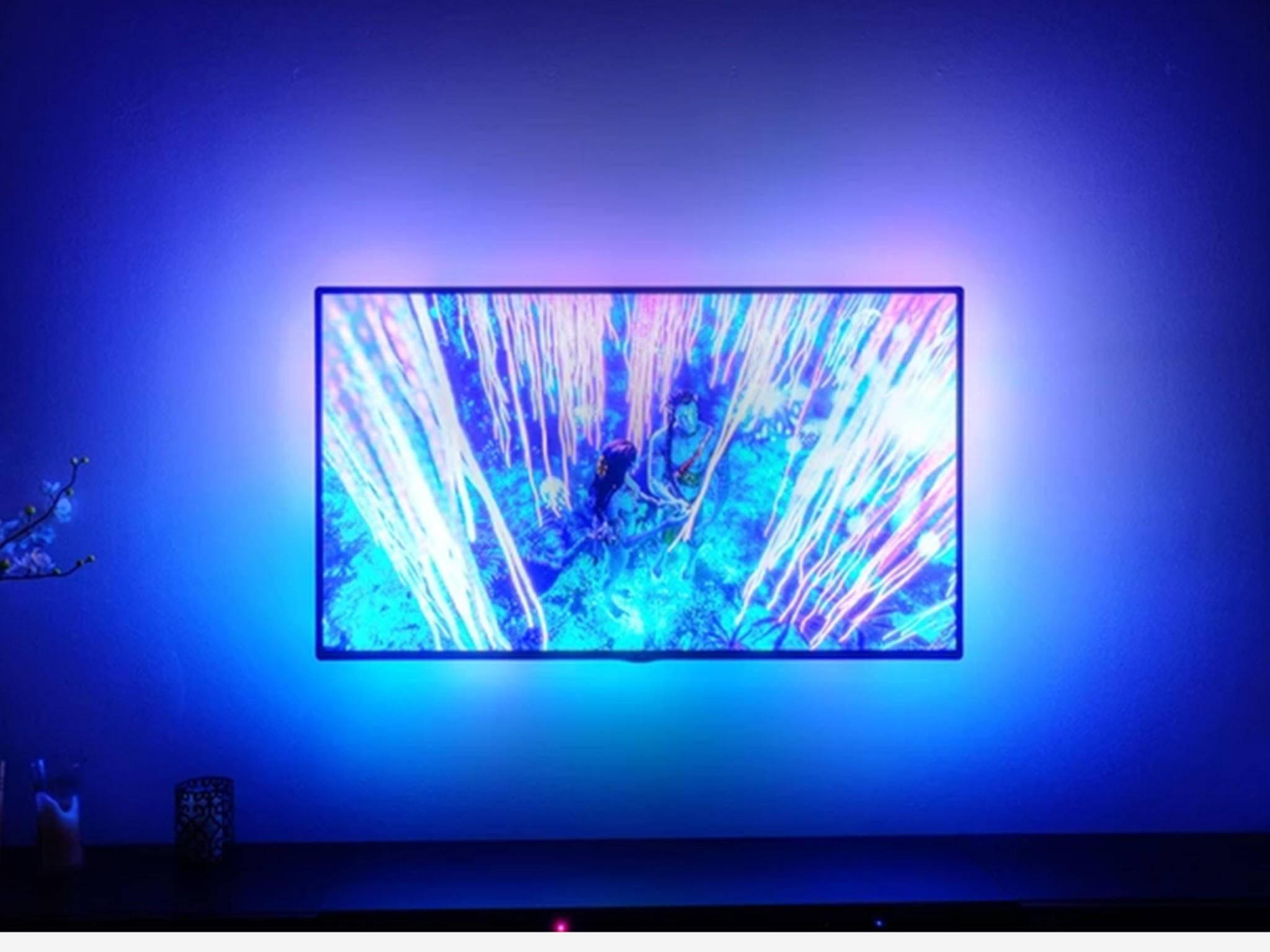 DreamScreen zaubert bunte Farben hinter den Fernseher.