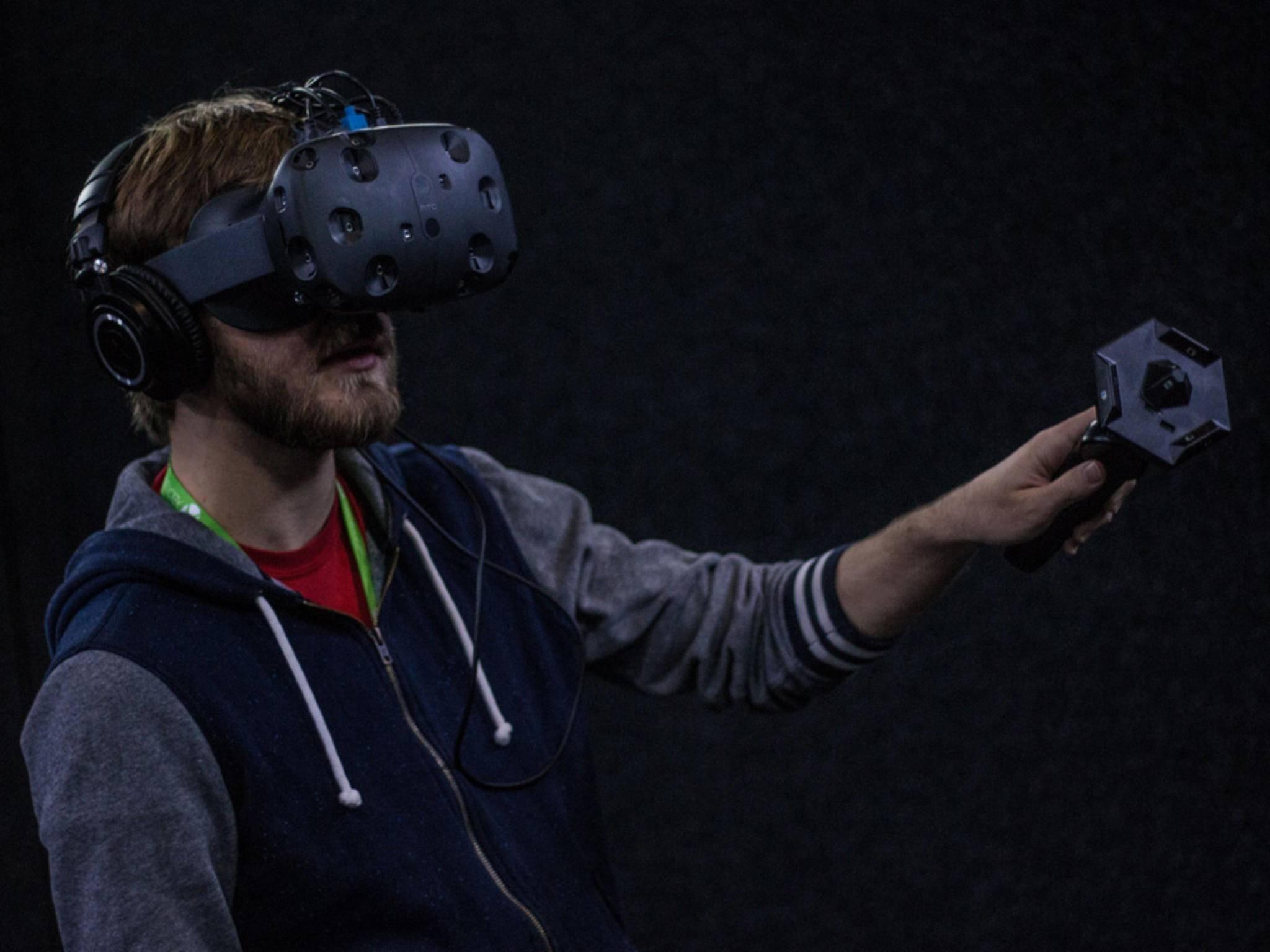 Die HTC Vive ist eine Virtual Reality-Brille, die mit Controllern ausgeliefert werden wird.